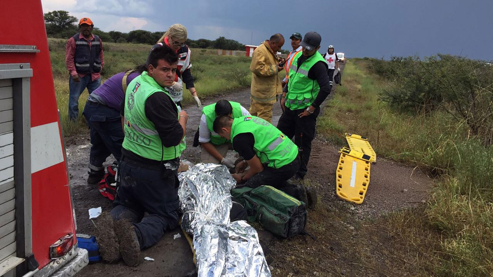 Rescatistas se presentaron al lugar para ayudar a los lesionados (Foto: EFE)