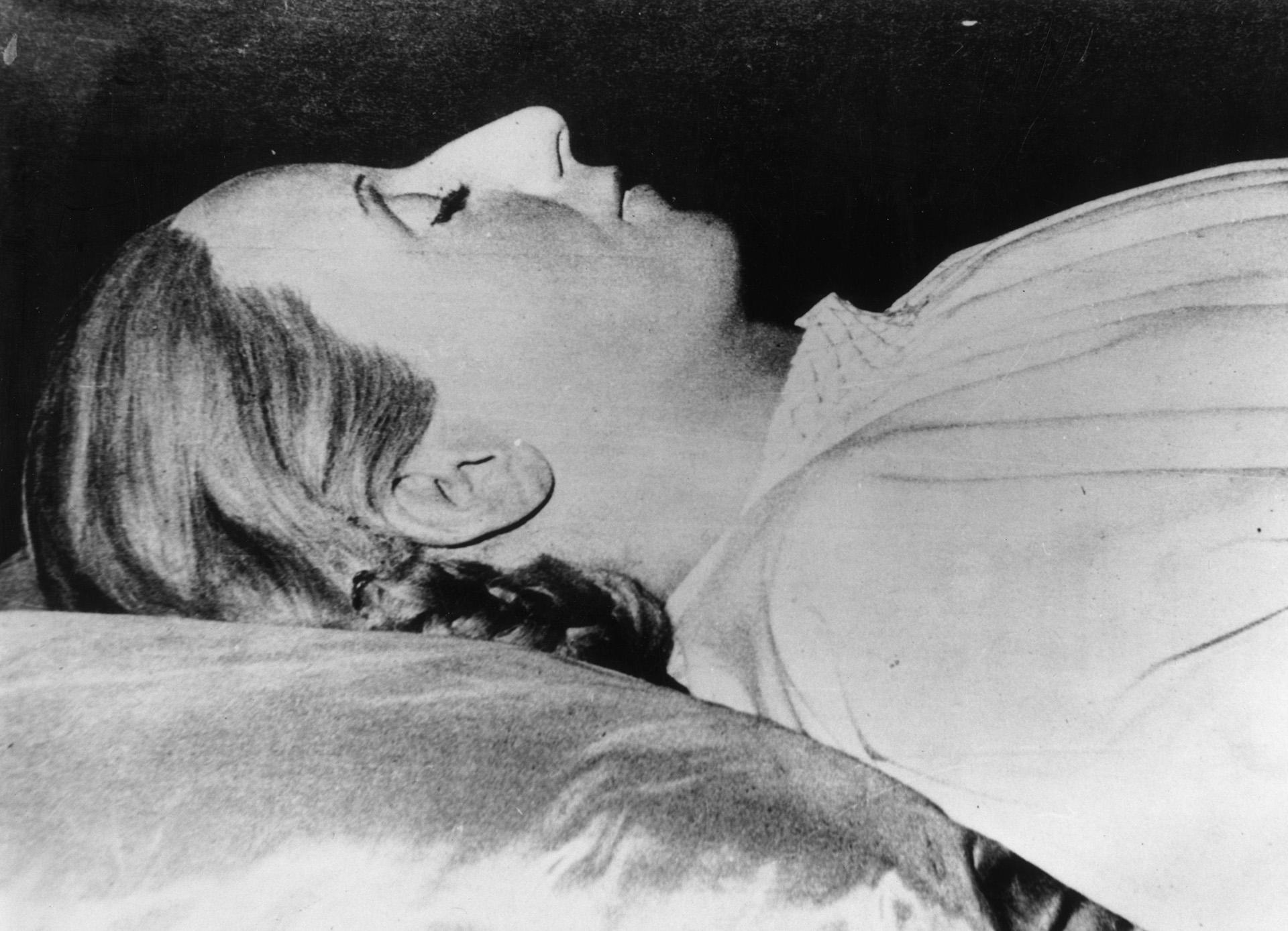"""Muere el 26 de julio de 1952 a los 33 años, como consecuencia del cáncer de útero que padecía. El comunicado oficial anunciando su deceso, decía: """"Cumple la Subsecretaría de Informaciones de la Nación el penosísimo deber de informar al pueblo de la República que a las 20.25 horas ha fallecido la señora Eva Perón, Jefa Espiritual de la Nación"""" (Getty Images)"""