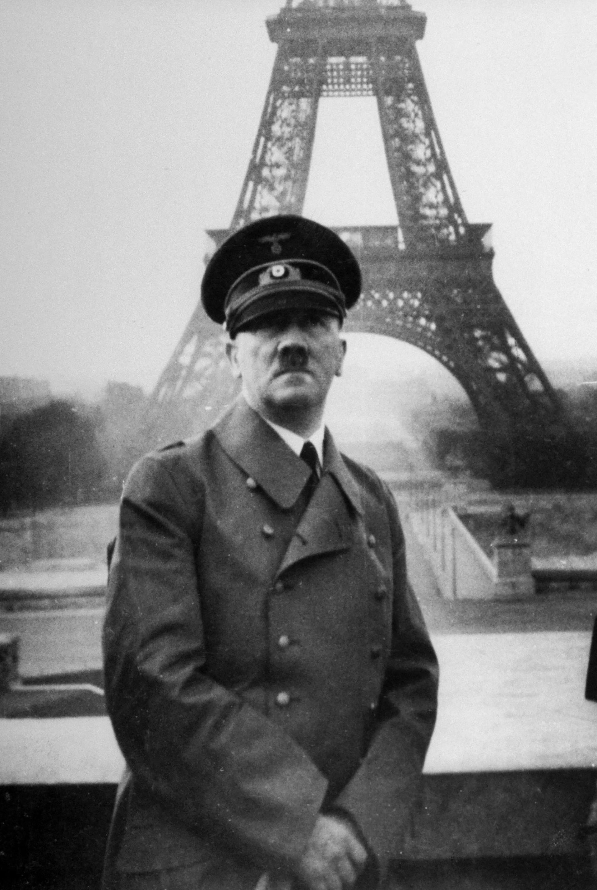 En junio de 1940, Adolf Hitler posó con la Torre Eiffel de fondo como símbolo de la ocupación nazi de Paris. La resistencia francesa había cortado los cables del ascensor antes de la caída de la ciudad en manos nazis y la torre permaneció cerrada al público hasta la reconquista de la ciudad en junio de 1944 (Heinrich Hoffmann/The LIFE Picture Collection/Getty Images)