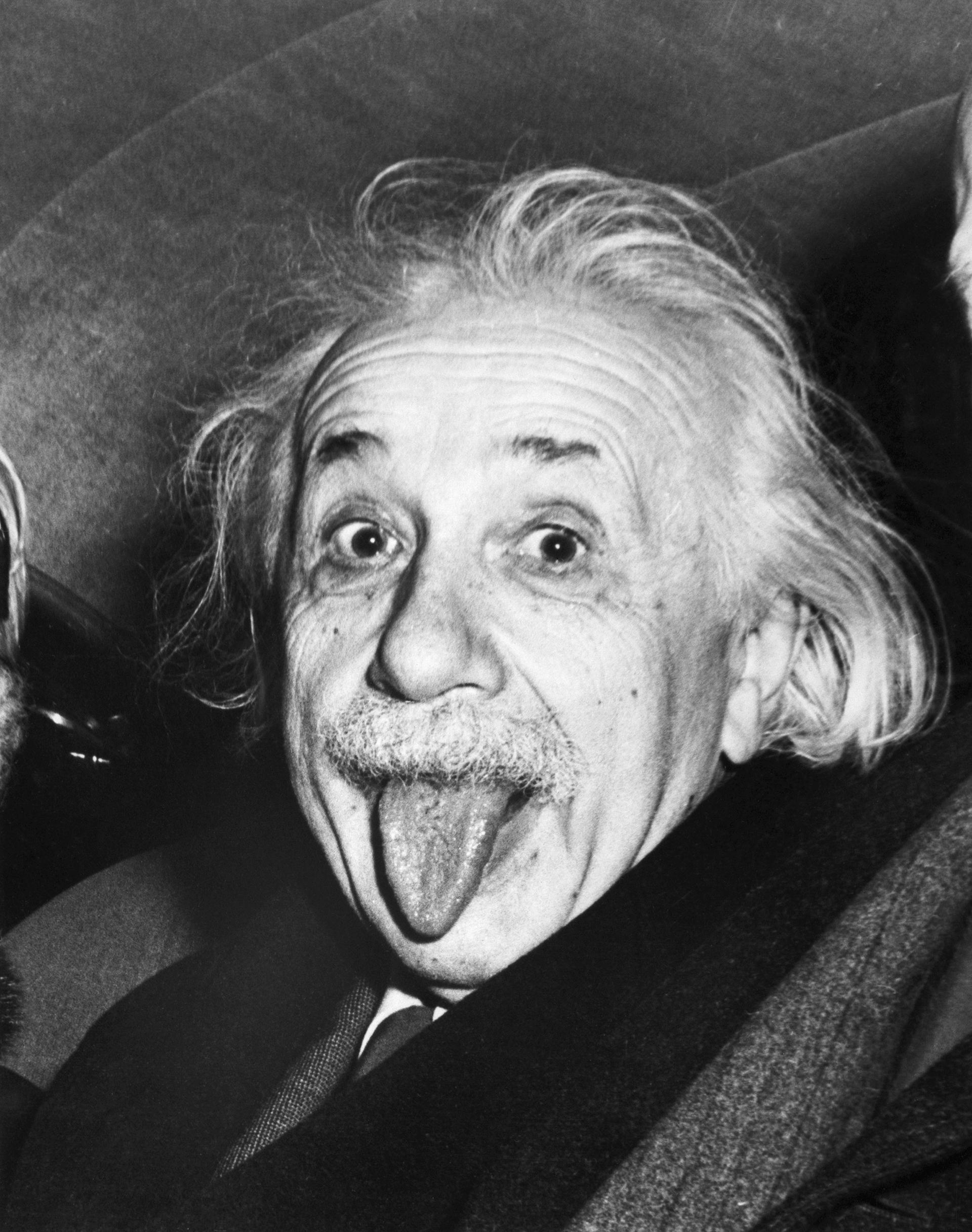 Albert Einstein sacó la lengua cuando le pidieron que sonría en su cumpeaños 72, en 1951