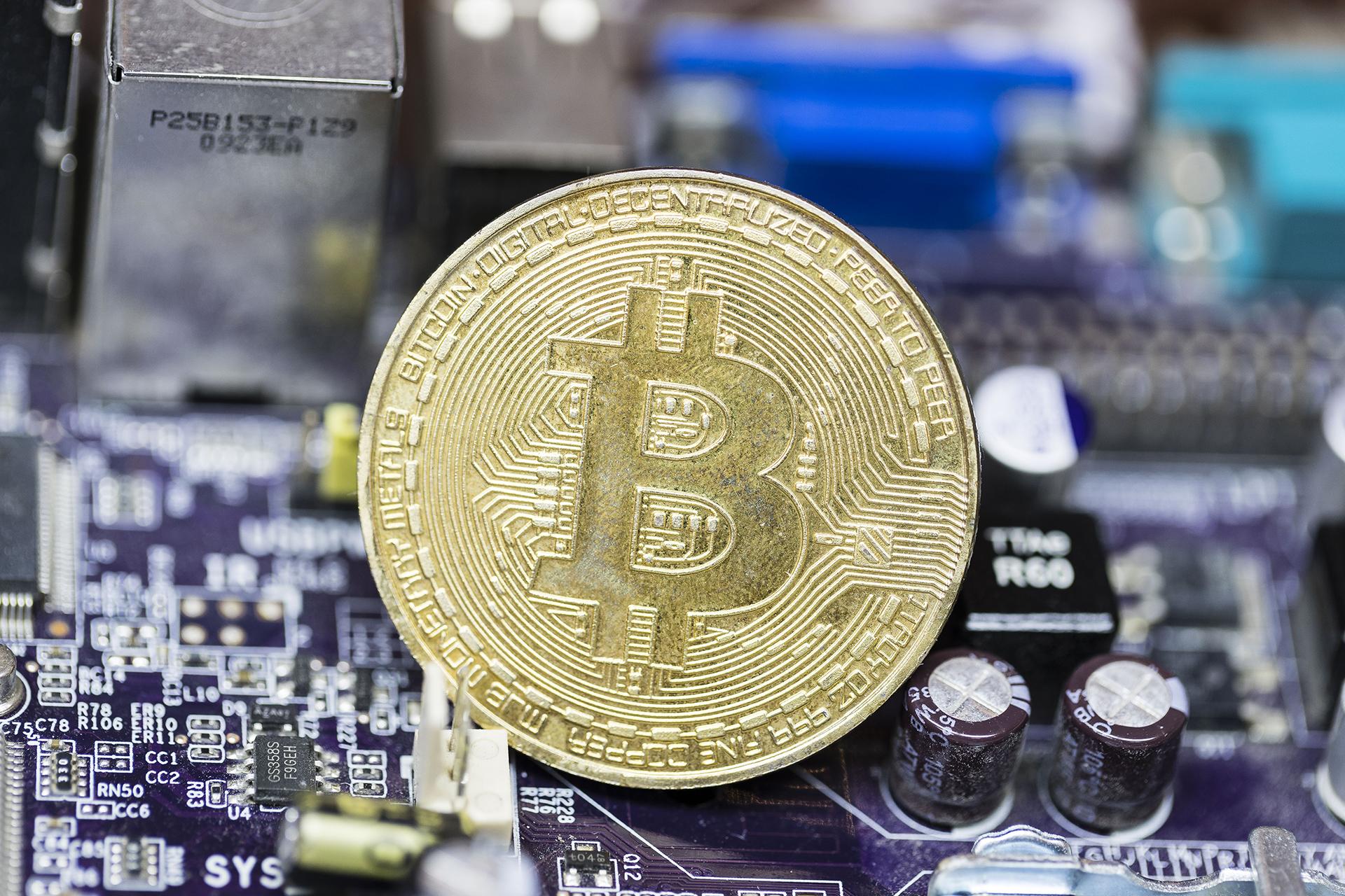 Las criptomonedas como bitcoin se generan con poder de procesamiento que proviene de una red de computadoras distribuidas alrededor del mundo(Getty)