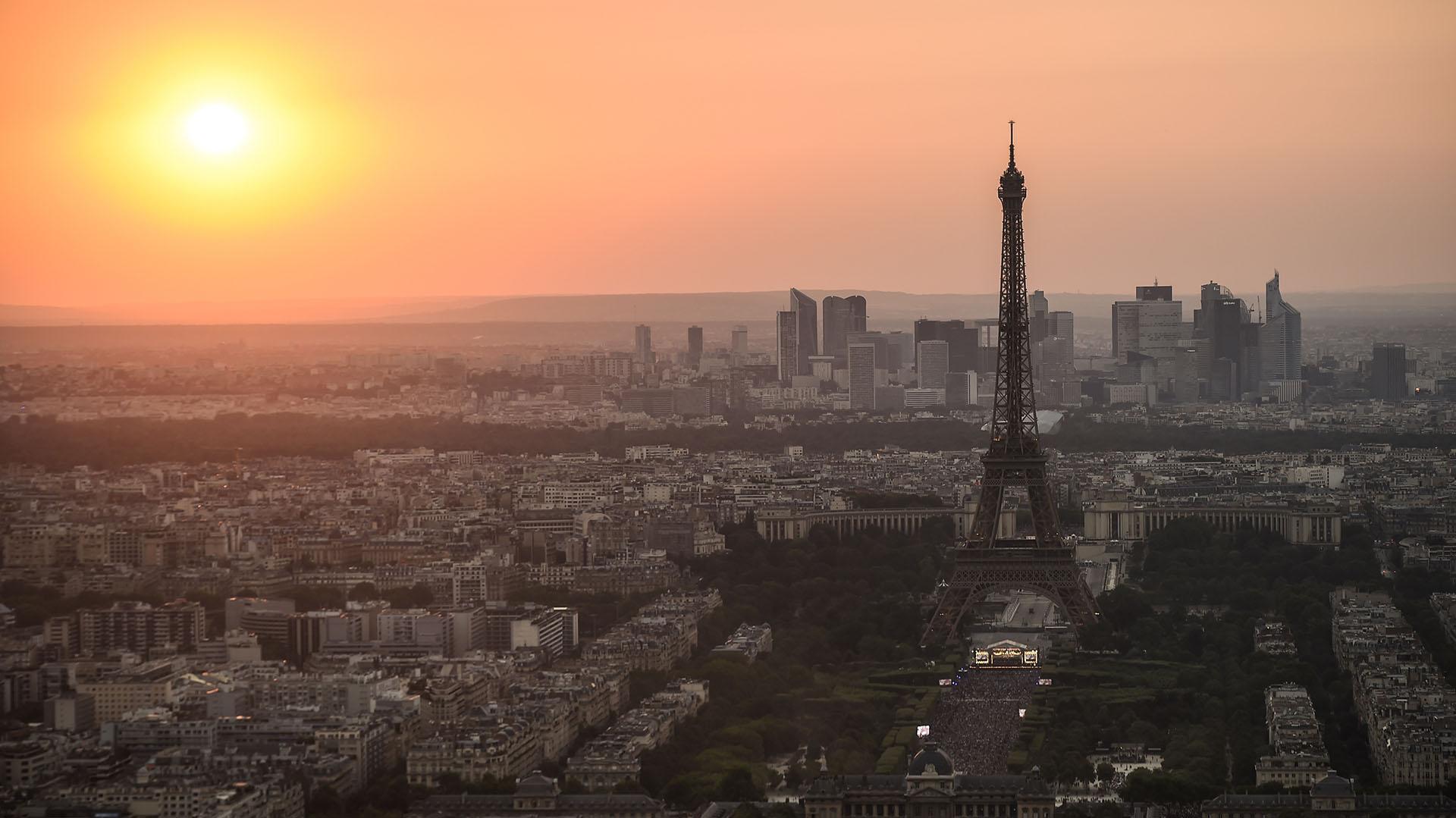 Atardece sobre París, con la Torre Eiffel dominando la postal