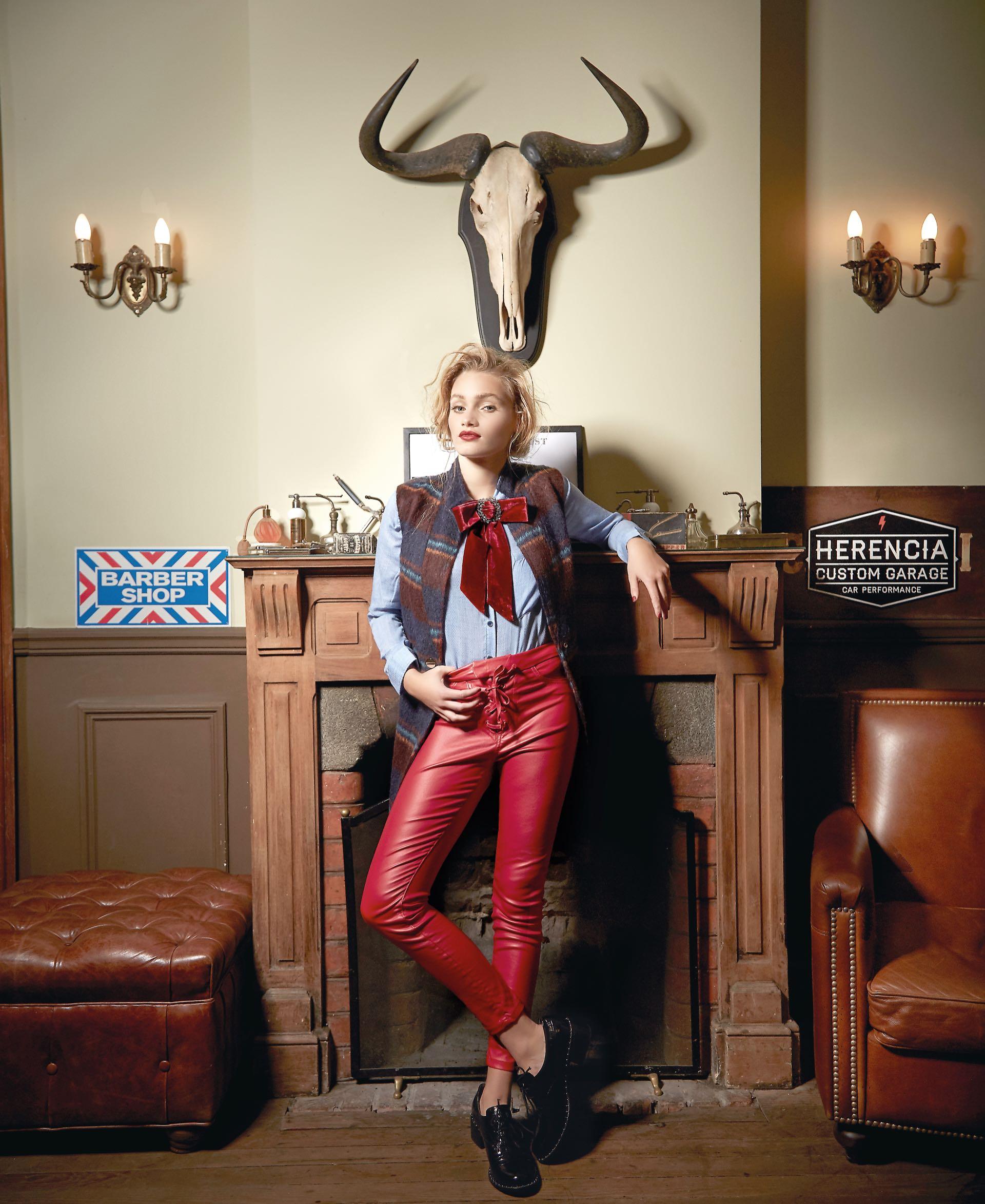 Chaleco escocés ($ 3.540, Carmela Achaval), camisa($ 2.890, Wanama), pantalón de cuero ecológico ($ 1.850, Kosiuko), moño de terciopelo ($ 980, Luna Garzón)y zapatos de croco redondos($ 5.700, Uma).