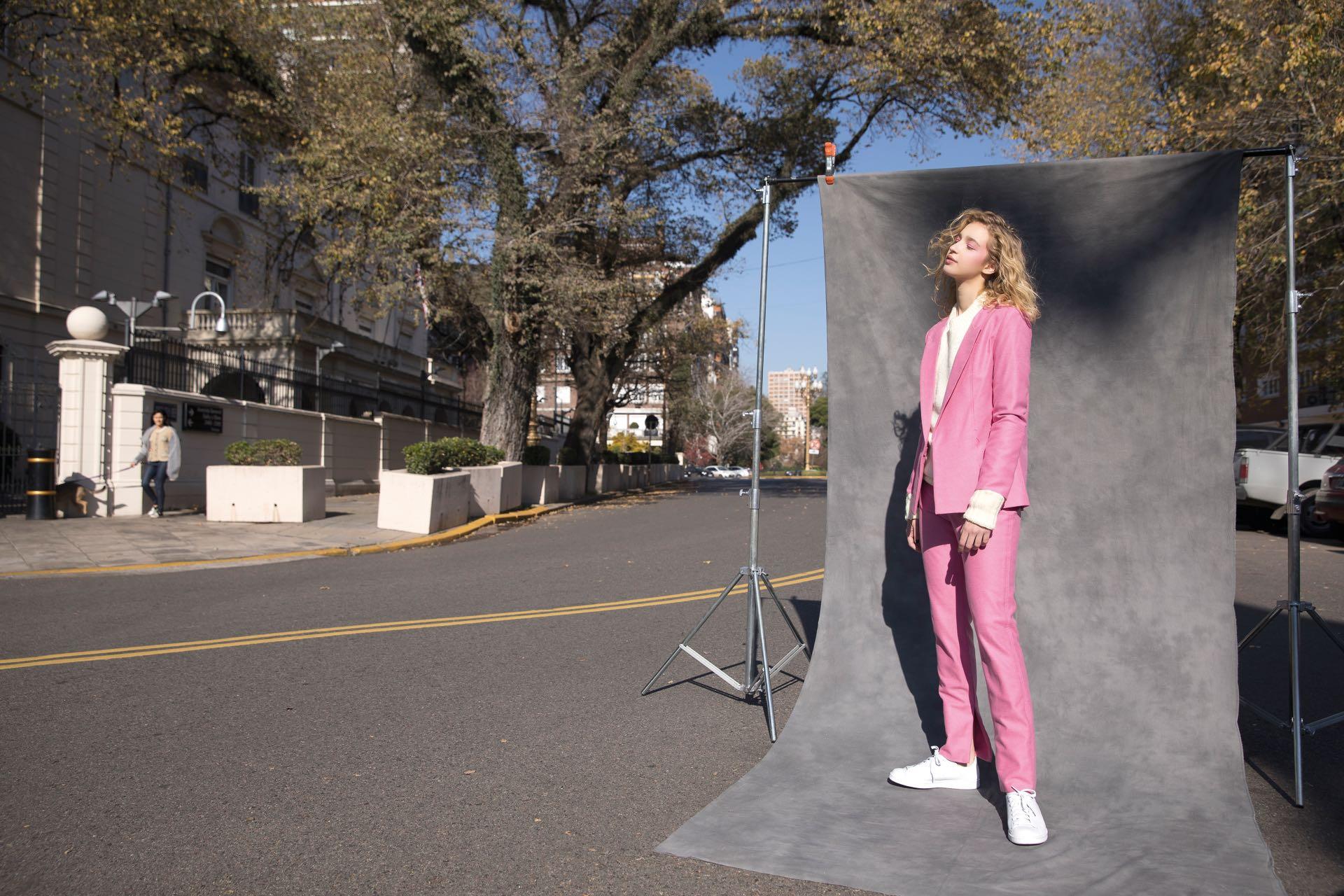 Blazer y pantalón ($ 6.690 y $ 4.190, Trosman), suéter de lana ($ 2.600, Amores y Promesas) y zapatillas de cuero ($ 2.499, Stan Smith by adidas).(Foto: Chris Beliera/Para Ti)
