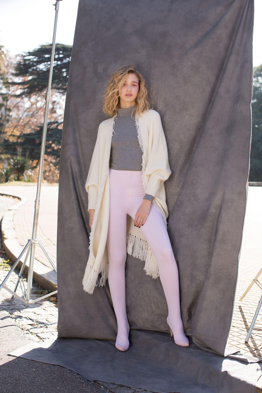 Ruana tejida con flecos ($ 4.480, Mishka) y bucaneras con leggings elastizadas incorporadas ($ 8.100, DOT by Saverio Di Ricci).(Foto: Chris Beliera/Para Ti)