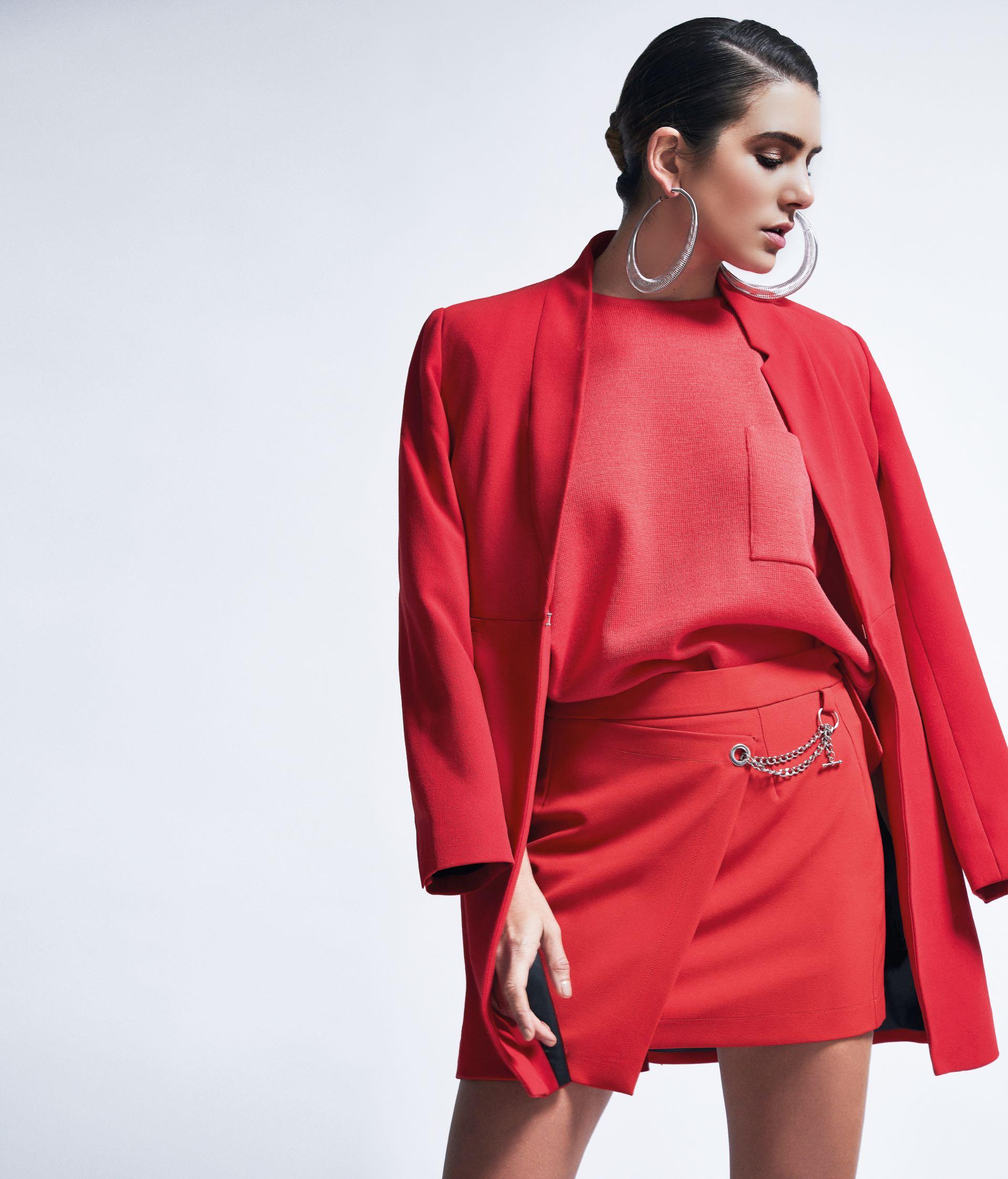 Suéter de hilo ($ 2.090, Gúsman), falda cruzada con cadena ($ 950, Ríe), blazer ($ 1.690, Basement) y aros plateados ($ 890, Luna Garzón).(Foto: Chino Toccalino/ Para Ti)