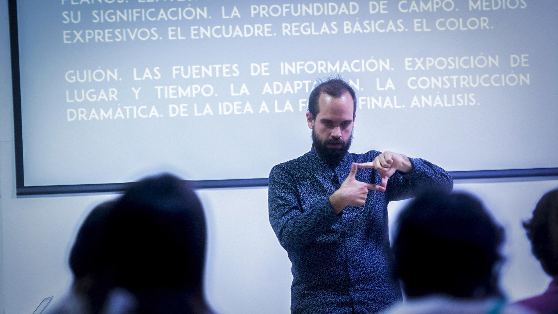 Federico Sykes dicta talleres de cine en lengua de señas y es la única persona sorda formada en el campo audiovisual en el país.