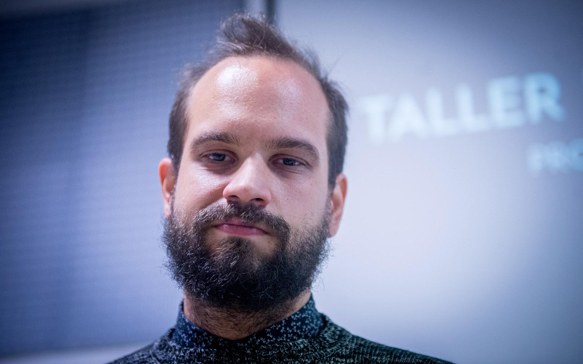 Federico es el creador de FICSOR, está a cargo de la coordinación de proyectos audiovisuales y accesibles para personas Sordas en Access Media Argentina y, además dicta talleres de cine en lenguaje de señas.