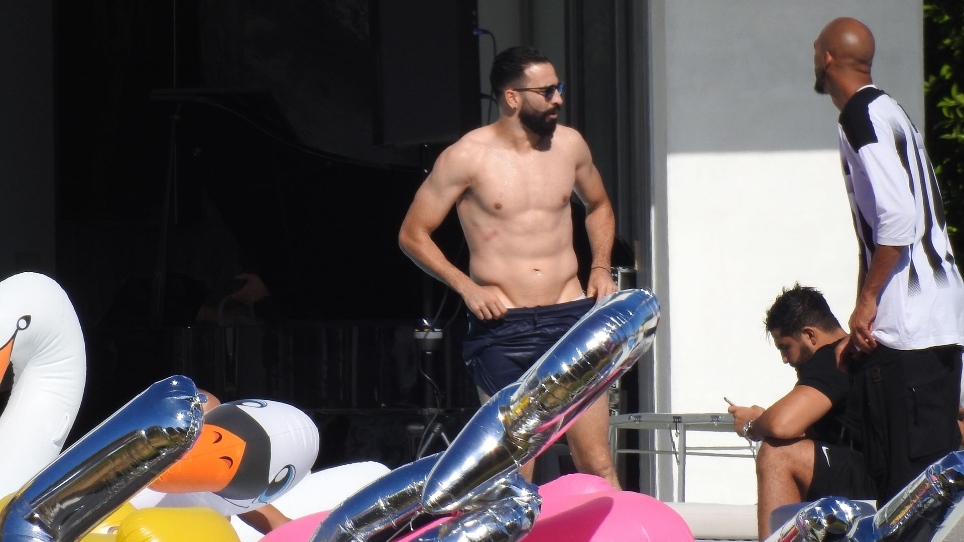 Adil Rami semidesnudo en la piscina (Photo © 2018 Backgrid/The Grosby Group)