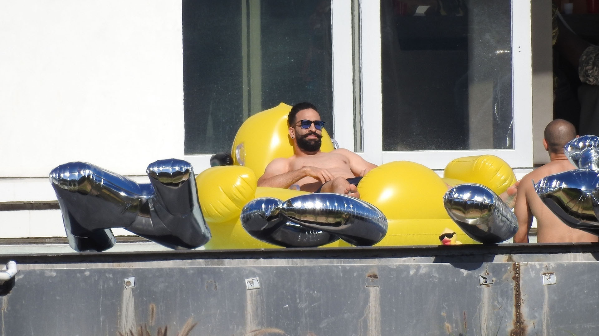 Adil Rami toma sol en a piscina (Photo © 2018 Backgrid/The Grosby Group)