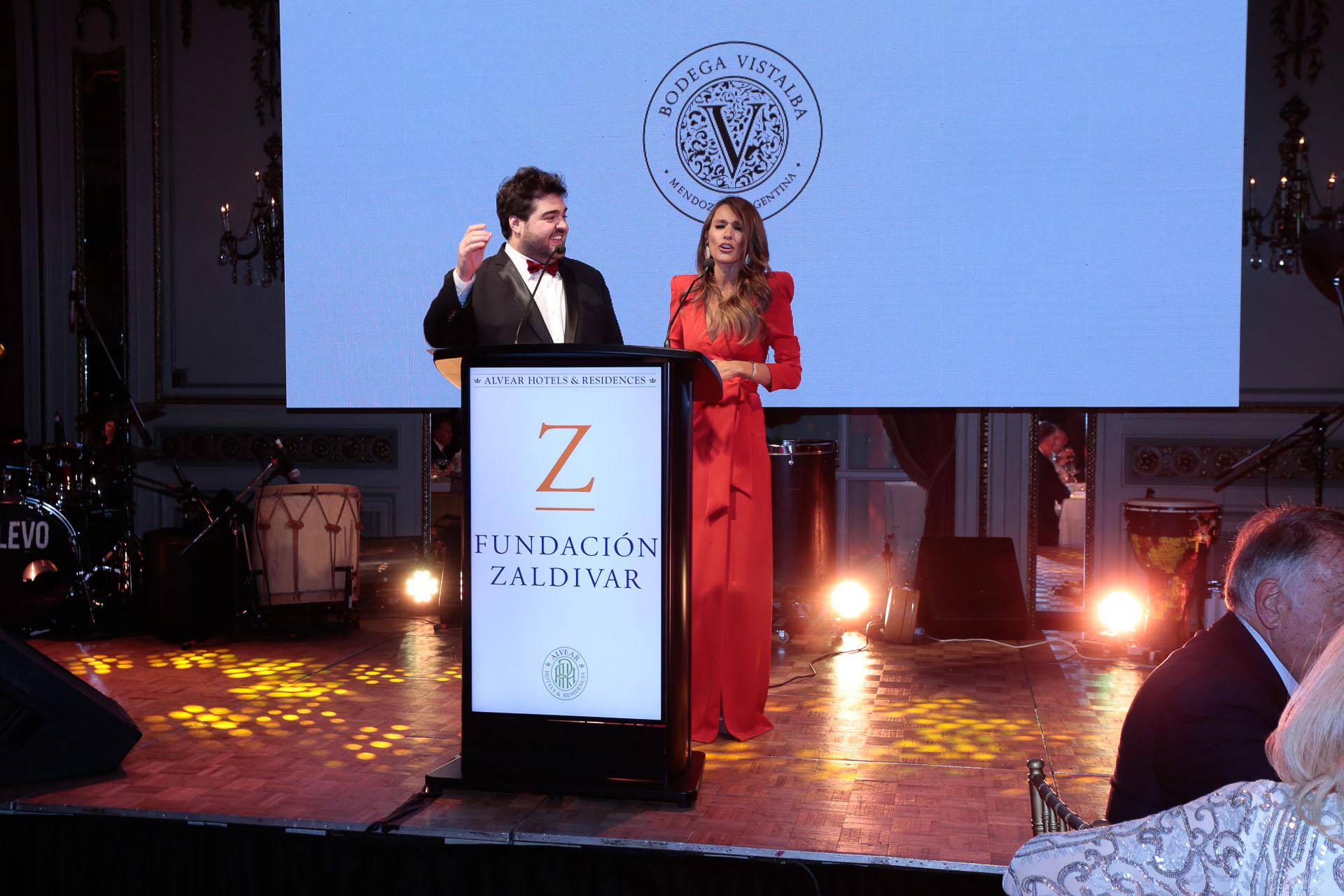 """Darío Barassi y Carolina """"Pampita"""" Ardohain durante la conducción de la gala"""