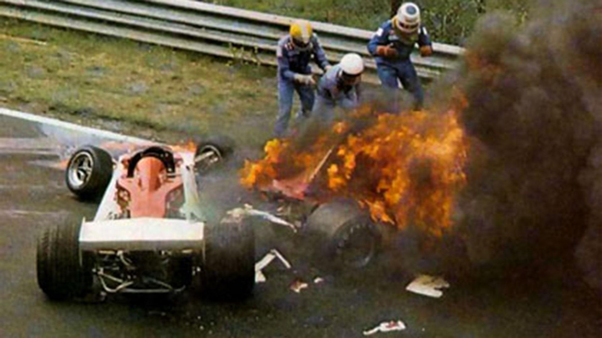 Niki Lauda envuelto en llamas tras el terrible accidente que sufrió en Nürburgring en 1976