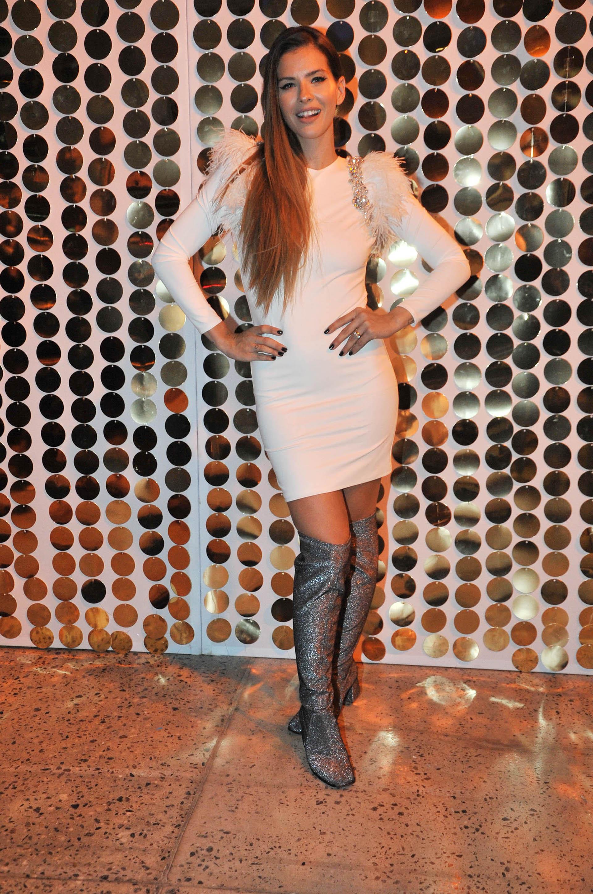 La China Suárez regresó al país, tras estar varios meses en España con Benjamín Vicuña. Lució un vestido blanco súper sensual en la final de un concurso de Pantene (Verónica Guerman / Teleshow)