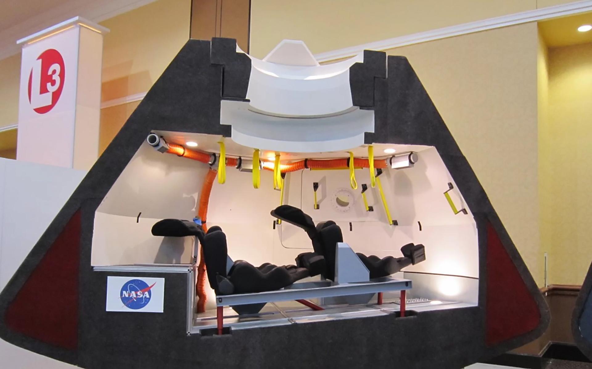 Vista dentro de la maqueta de Boeing de su cápsula comercial CST-100 diseñada para llevar a los astronautas a la órbita baja de la Tierra