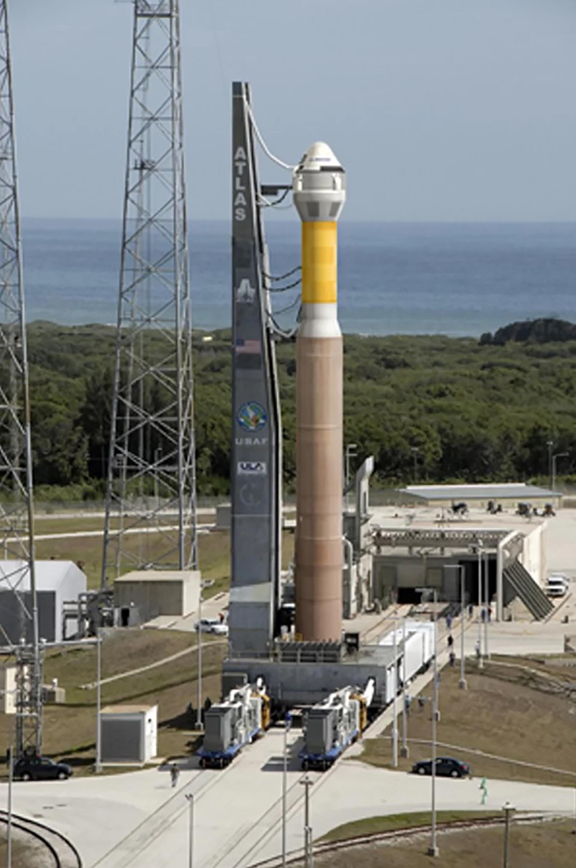 Una nave espacial Boeing CST-100 se muestra encima de un cohete United Launch Alliance Atlas 5 en la ilustración de este artista. El CST-100 es un vehículo basado en cápsulas diseñado para llevar a siete astronautas a la órbita baja de la Tierra en viajes a la Estación Espacial Internacional u otro destino orbital