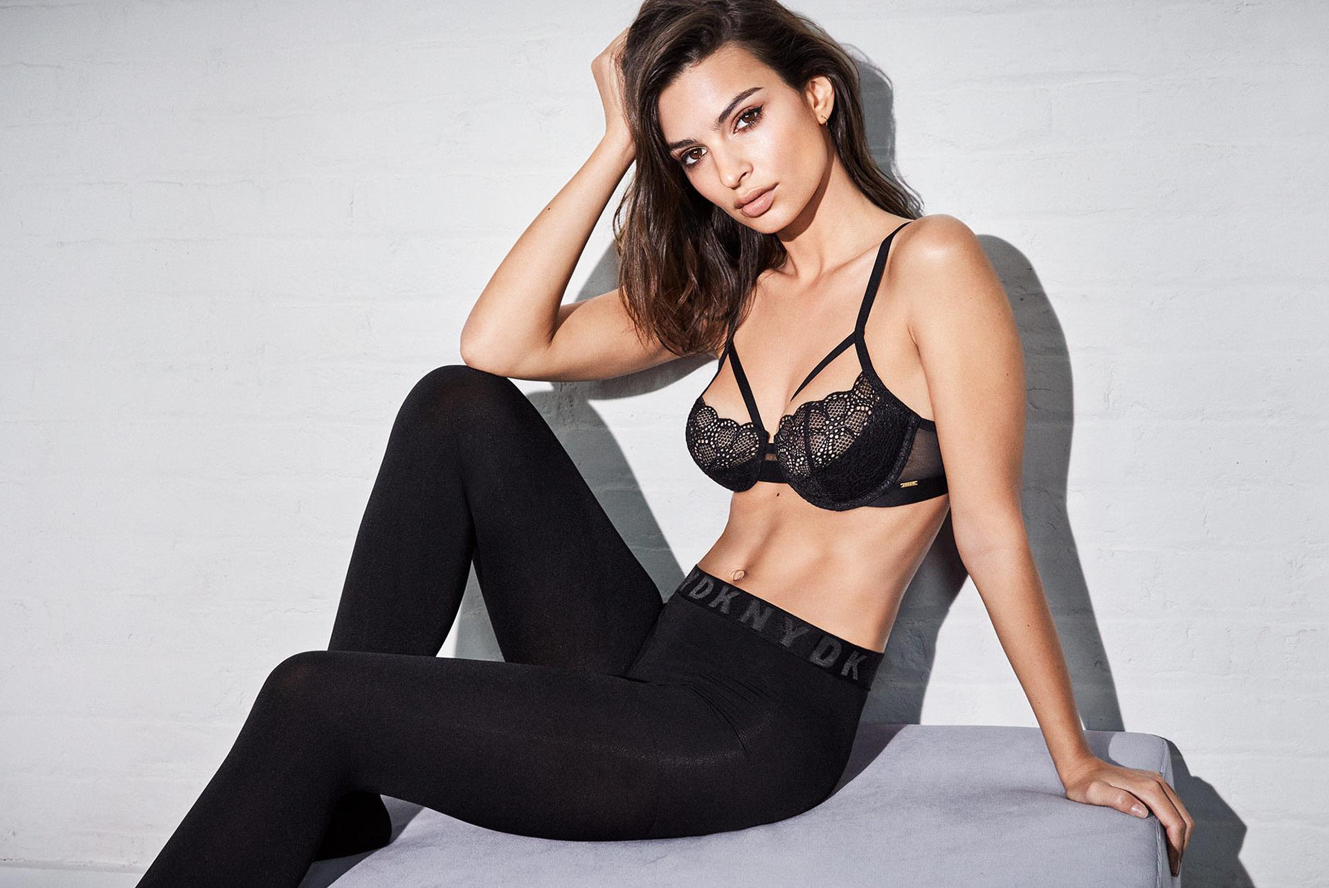 No solo hay lencería sexy, también calzas negras con elástico con las iniciales de la marca DKNY. El modelo de este corpiño es una tendencia en lencería que no deja de sorprender. Un clásico con encaje y puntilla, y breteles cruzados en la delantera