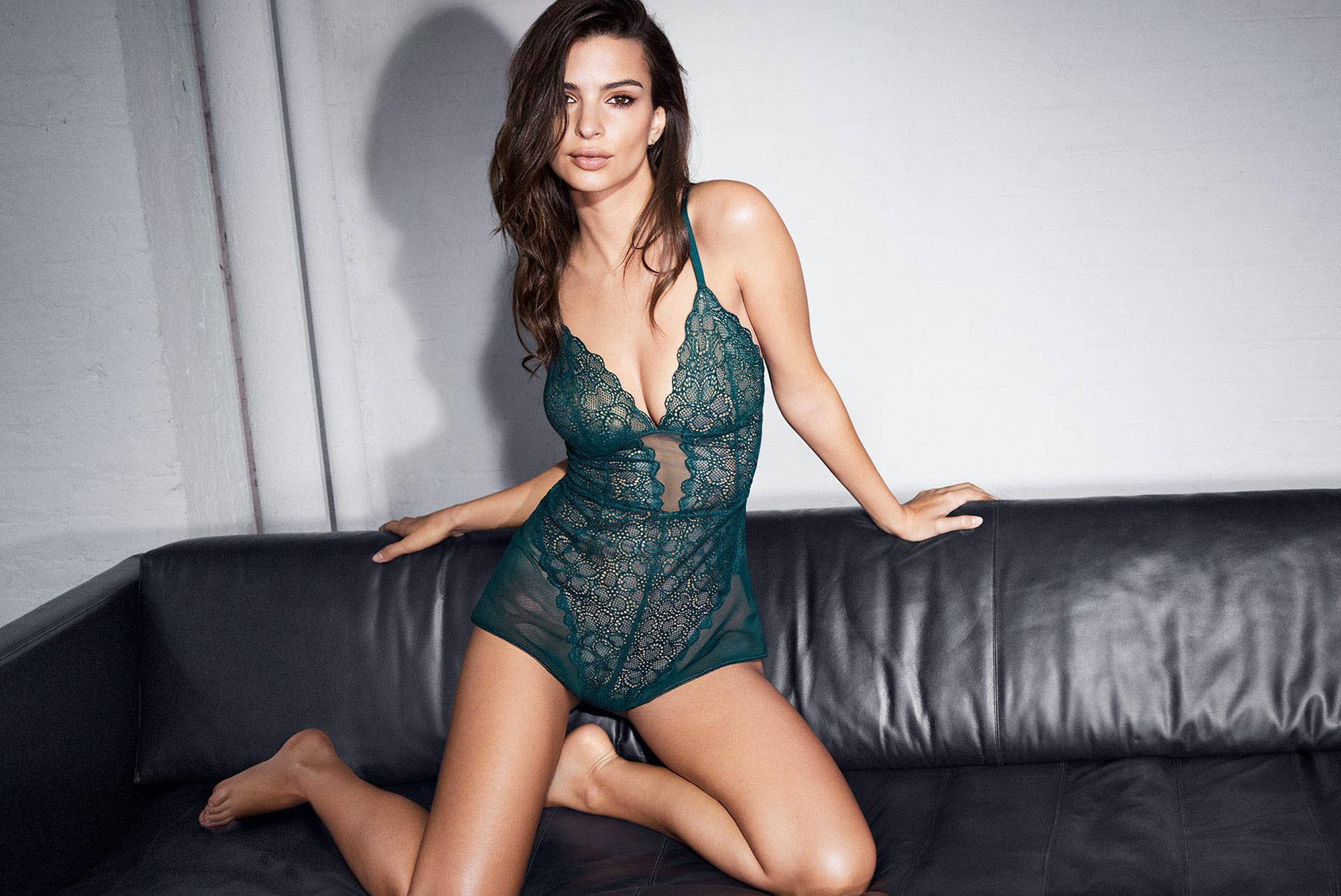 Un sensual body en verde petróleo no faltó en la colección. De encajes y con transparencias en gasa