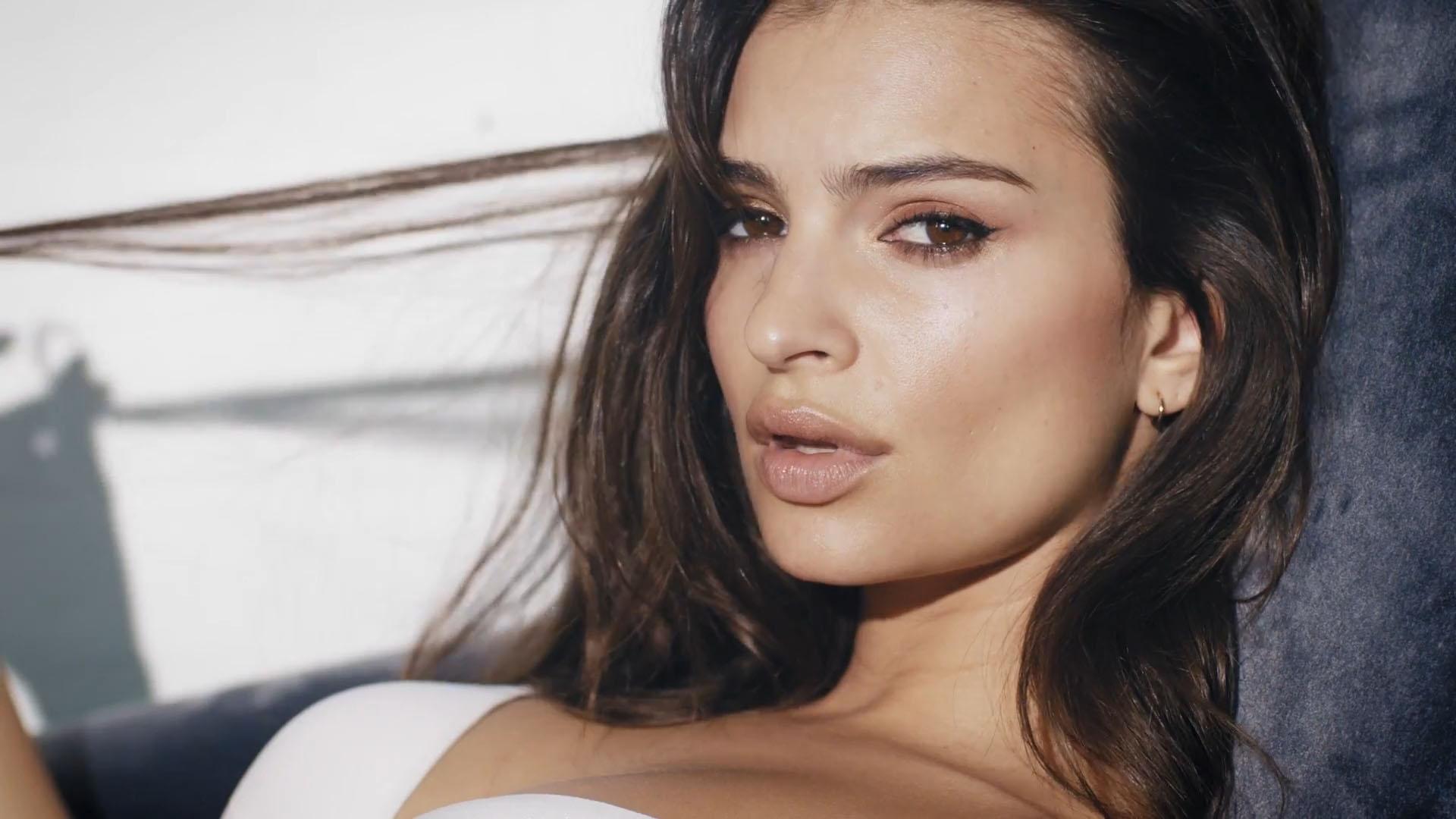 Emily posó en una sensual y sexy producción de fotos en ropa interior sexy para la línea de lencería de DKNY