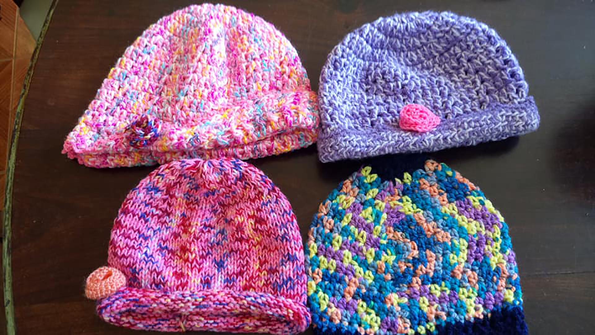Gorros de lana multicolor tejidos para el invierno.