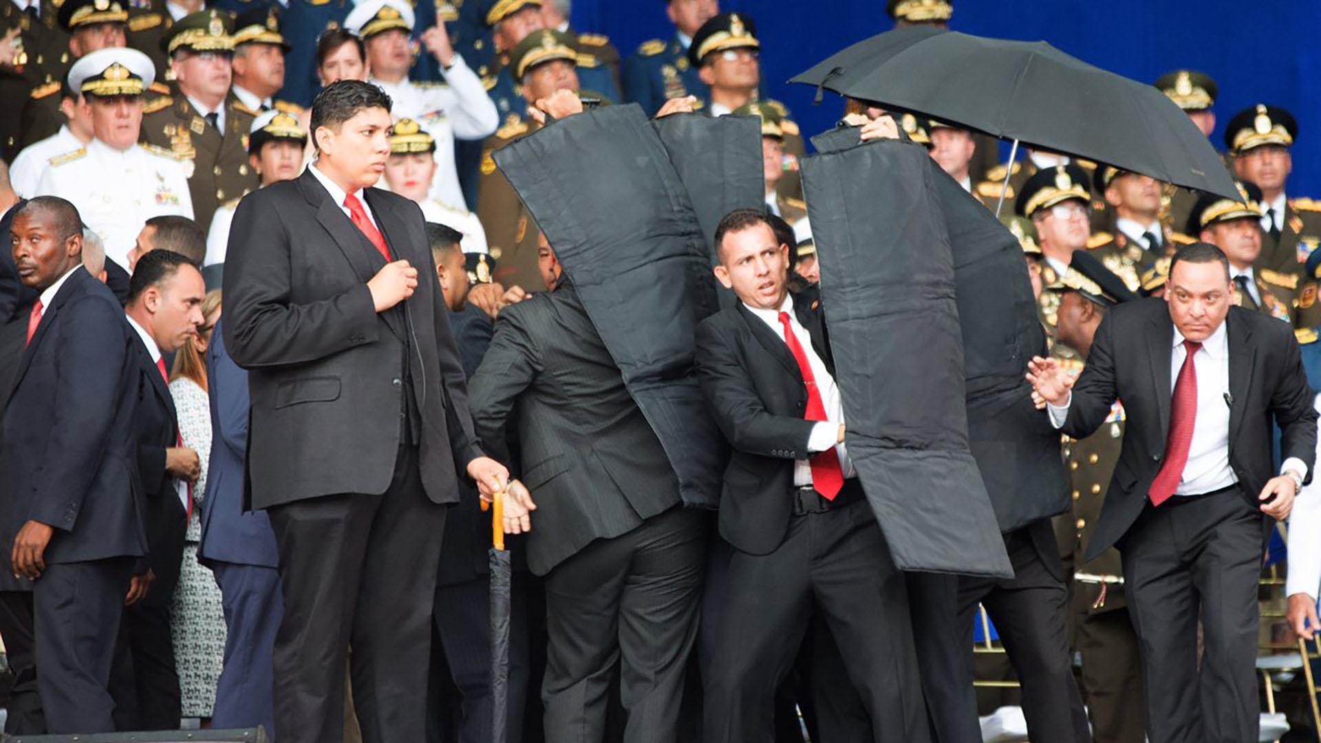 El presidente venezolano Nicolás Maduro sale ileso de un supuesto ataque con drones contra su vida durante un acto militar en Caracas el 4 de agosto