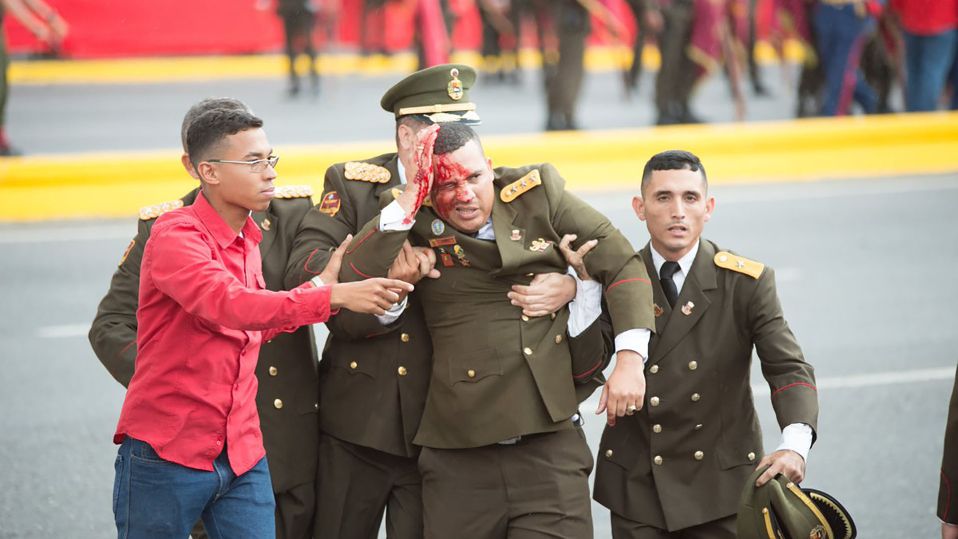 Uno de los siete heridos durante el acto sobre la avenida Bolívar (@XHespanol)