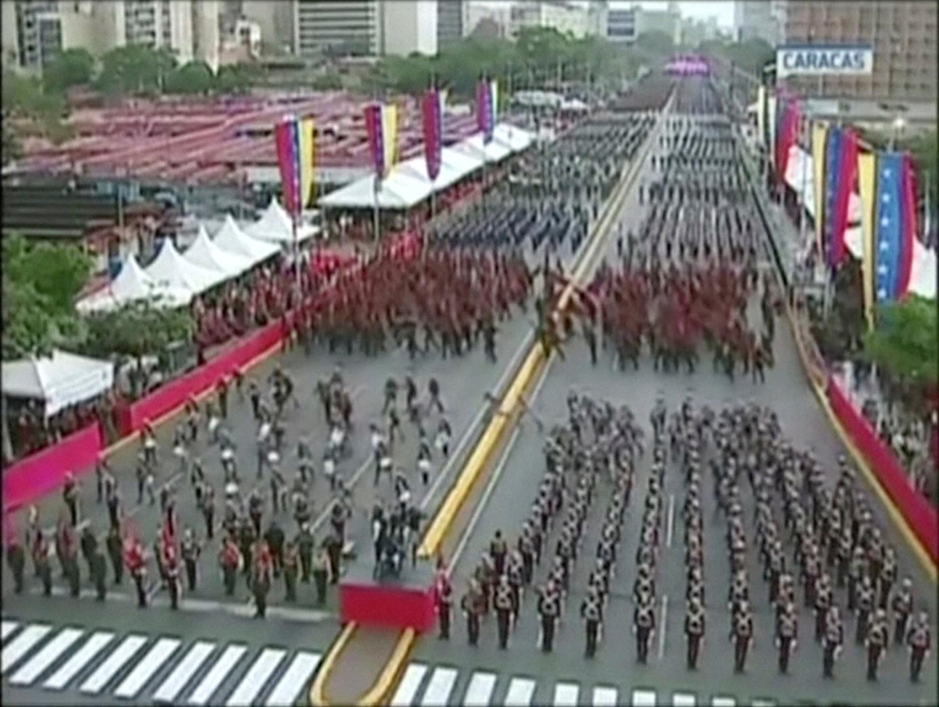 Los militares formados huyen del lugar después de la explosión.