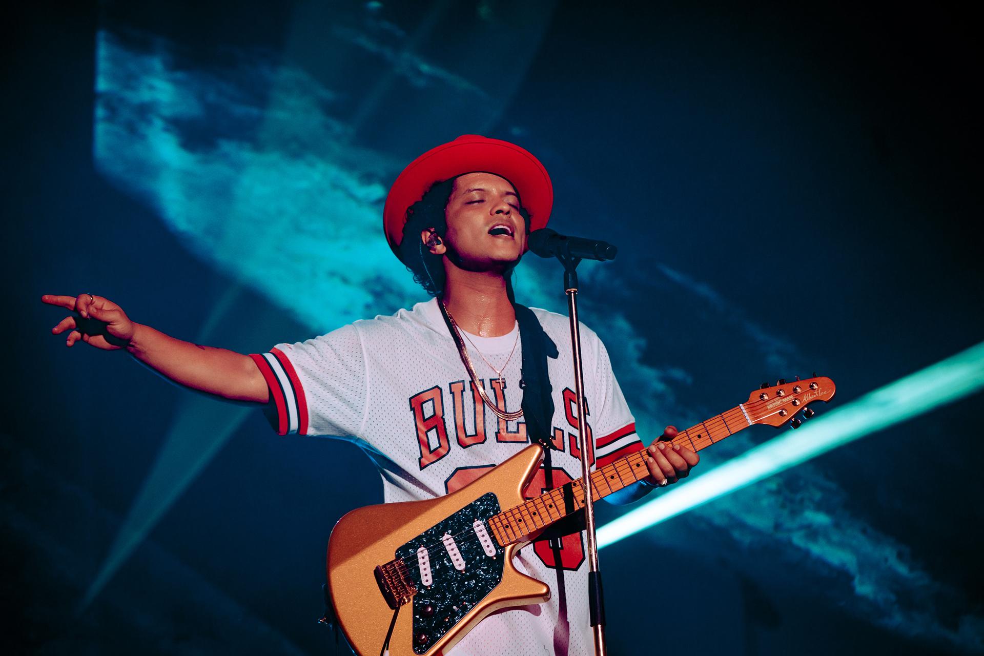 Bruno Mars con la camiseta de los Chicago Bulls.