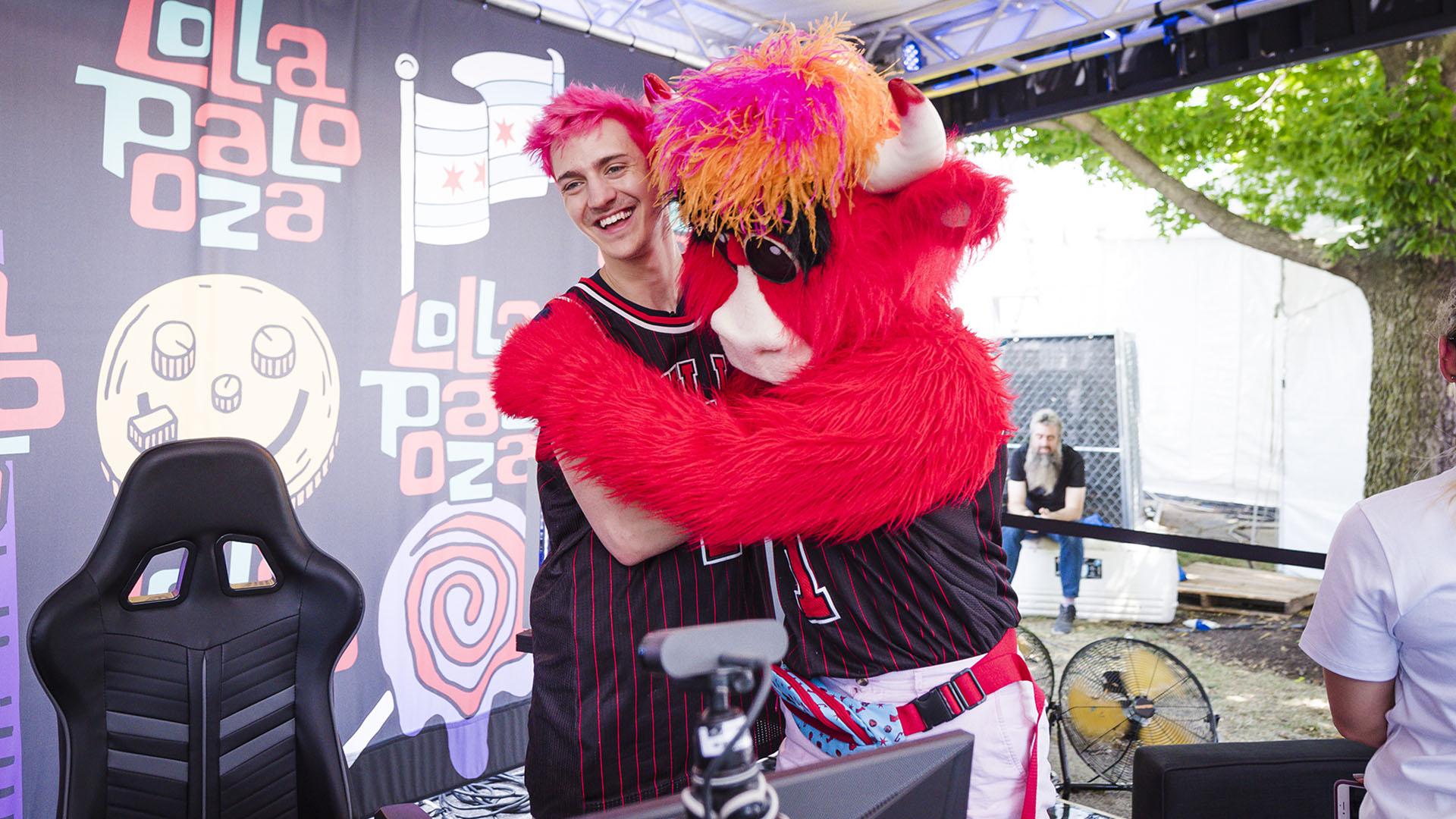 Ninja, la superestrella del gaming, junto con Benny, la popular mascota de los Chicago Bulls.