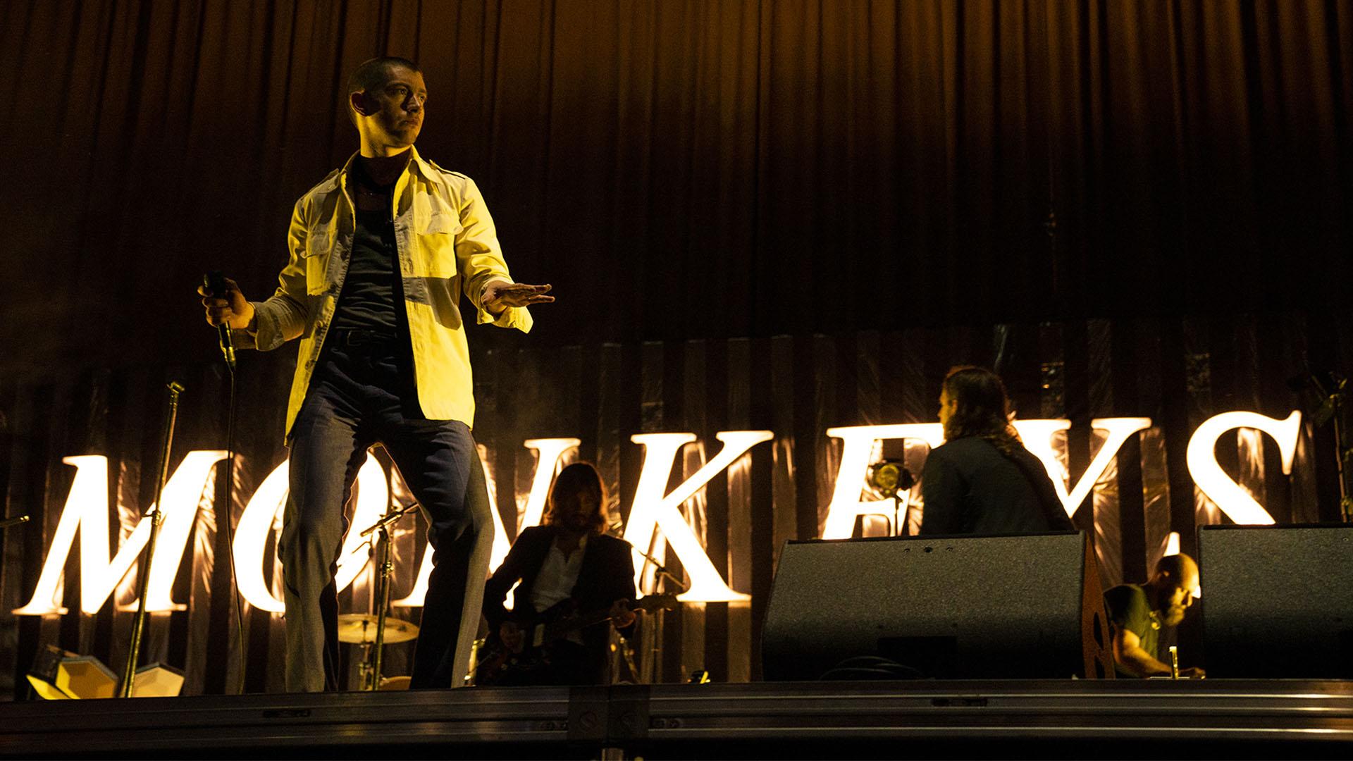 Alex Turner de los Arctic Monkeys en el cierre del Día 1.