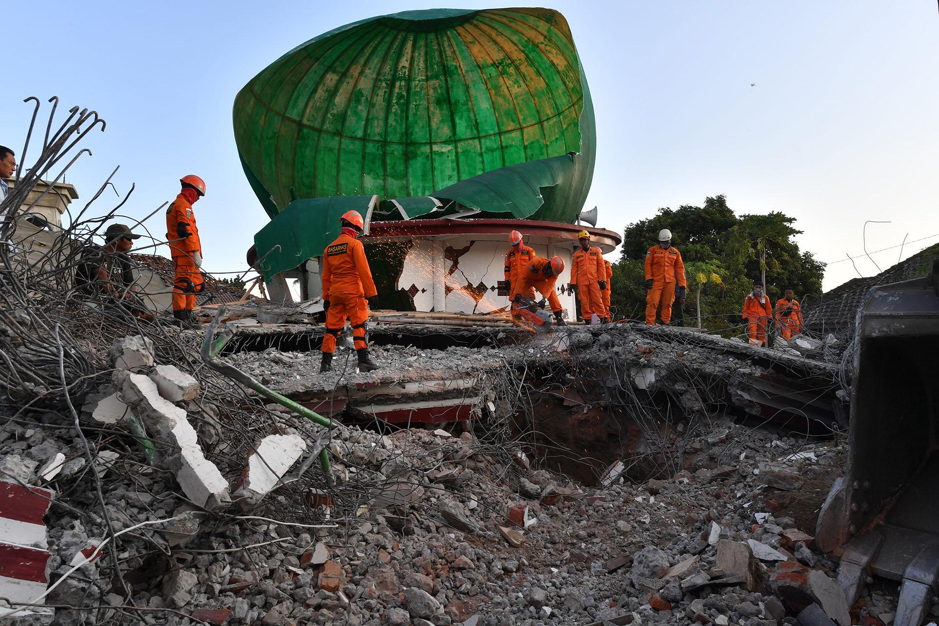 Un terremoto de magnitud 6,9 en la isla de Lombok (Indonesia) el 5 de agosto causa al menos 557 muertos. Hubo que desplazar a casi 400.000 personas y evacuar a al menos 7.000 turistas de las islas Air, Meno y Trawangan
