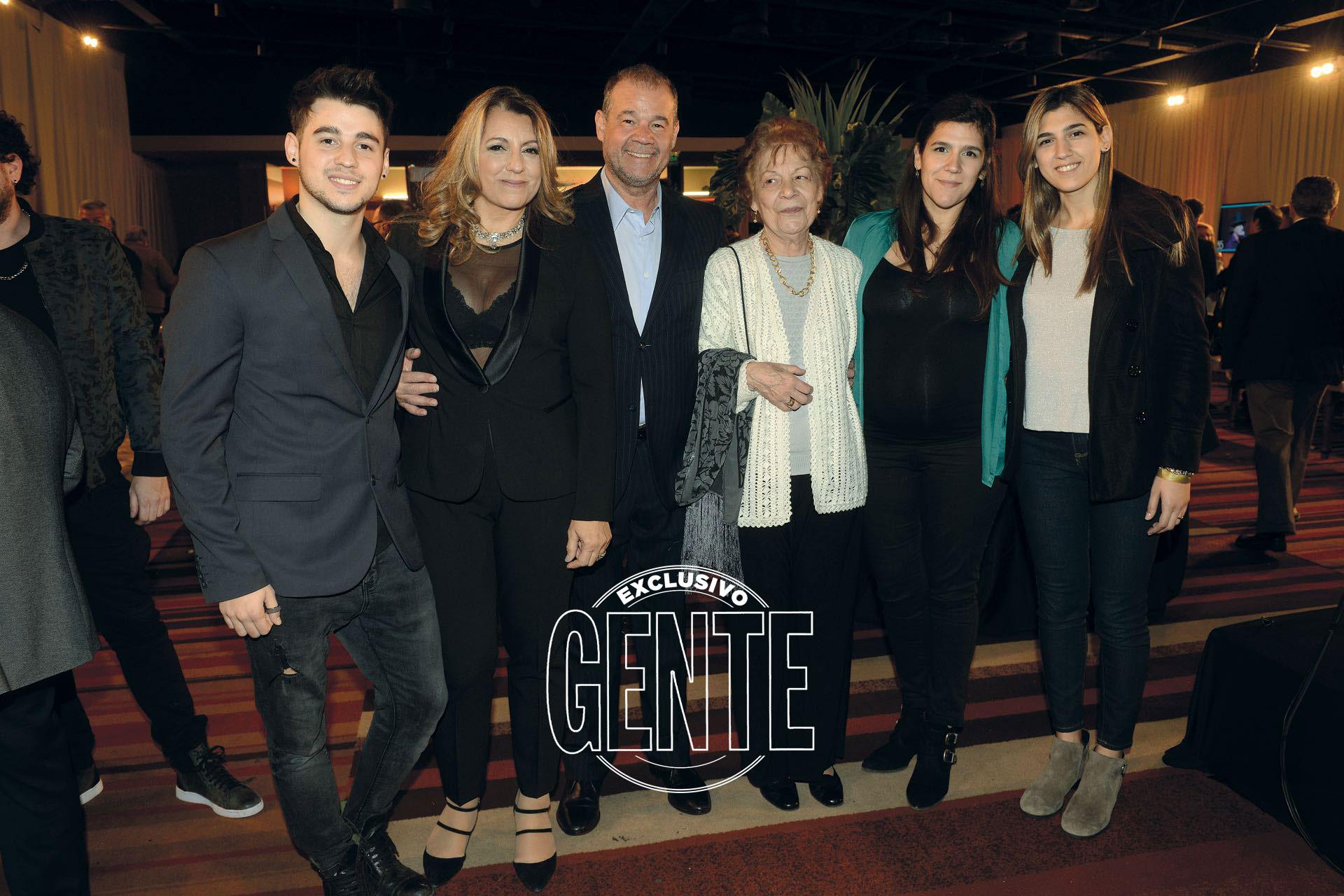 El Chino rodeado de los suyos: su mujer Mirta, su mamá Gloria y sus hijos Julián (cantante), Gabina (embarazada del tercer nieto de Volpato) y Bianca
