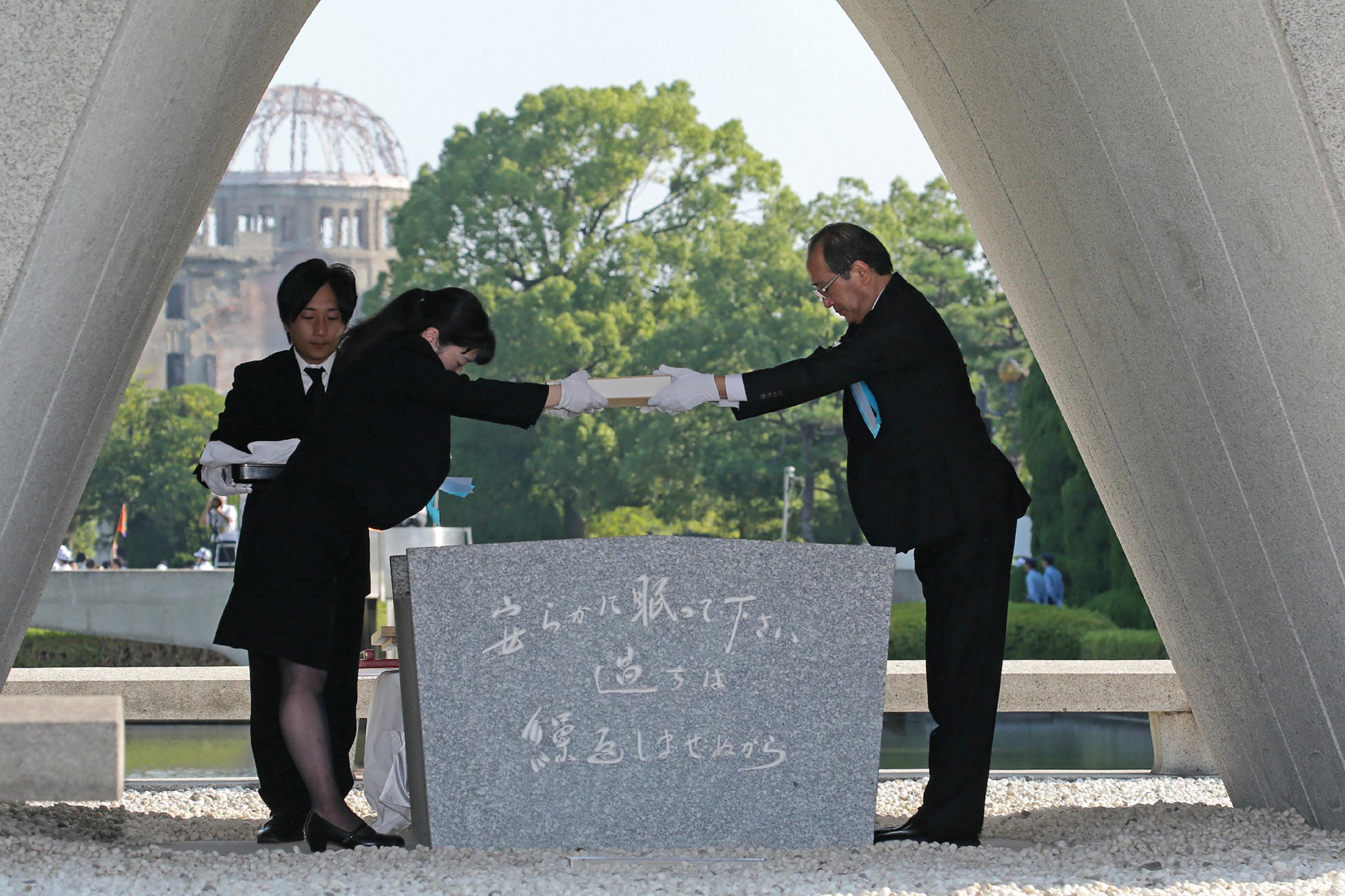 El alcalde de Hitorshima en 2018, Kazumi Matsui, recibe la lista más actualizada de las víctimas de Hiroshima(AFP)