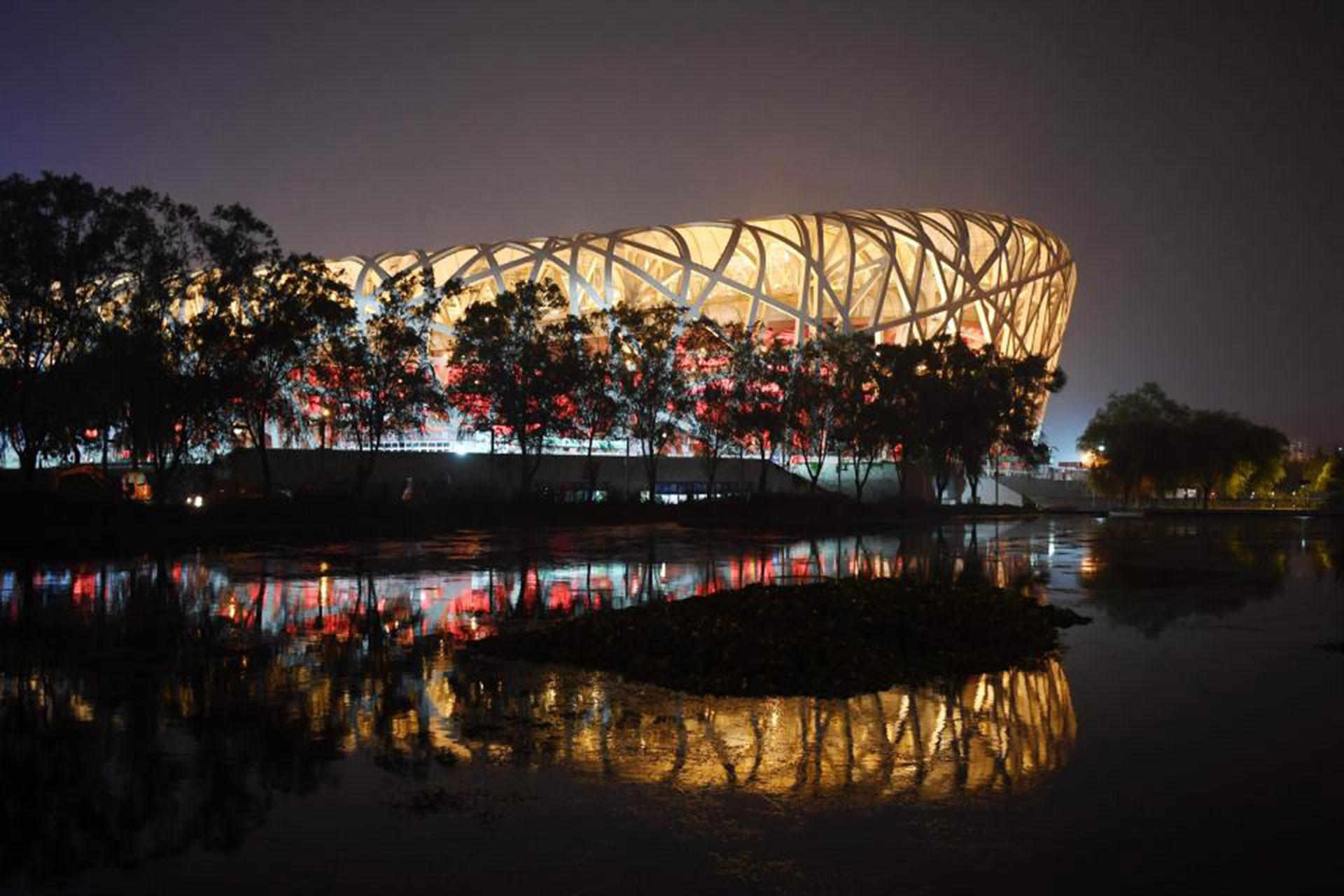 La basura se acumula en el Estadio Nacional, también conocido como El Nido del Pájaro