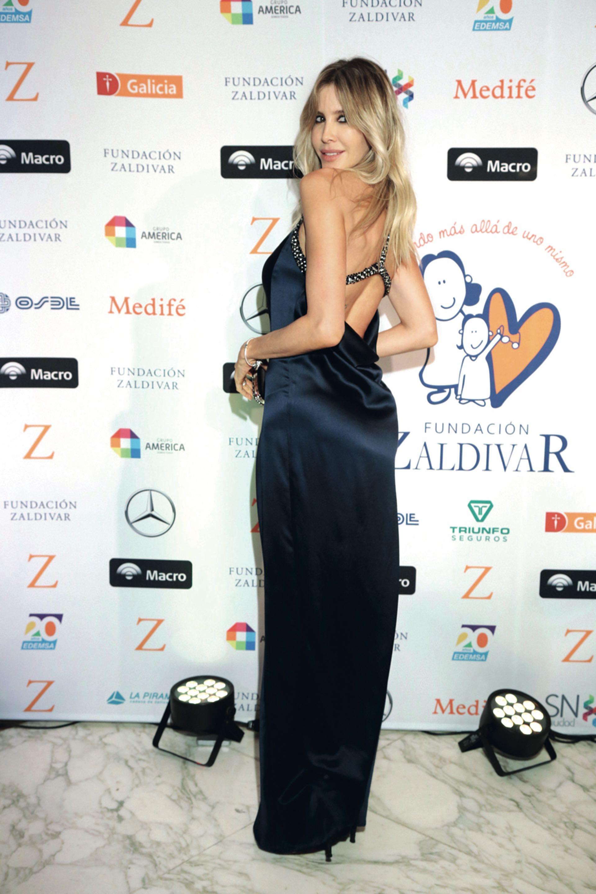 Guillermina Valdés, sugerente con un vestido de seda de escote halter.