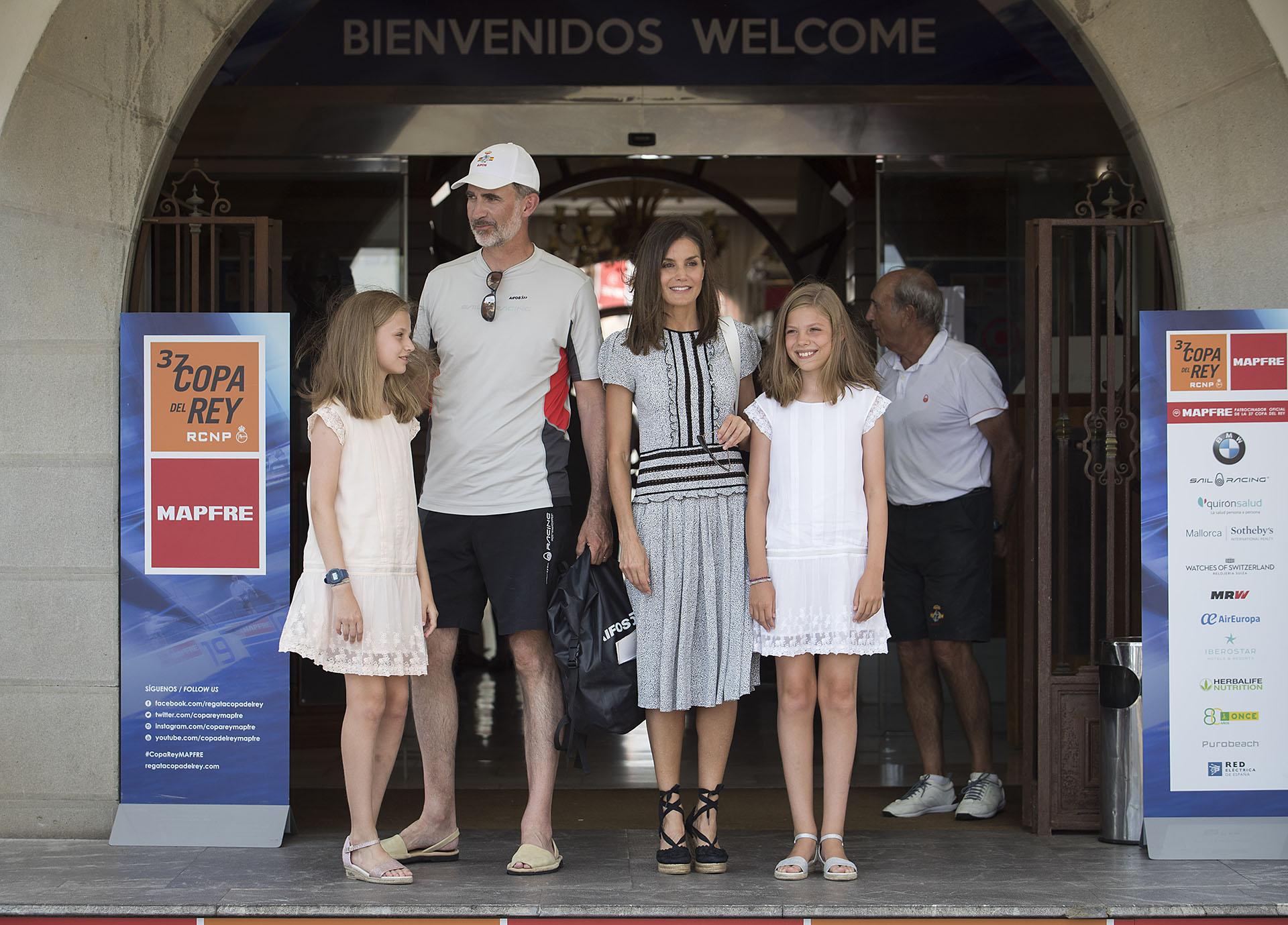 La familia real en Palma de Mallorca, con look informal.