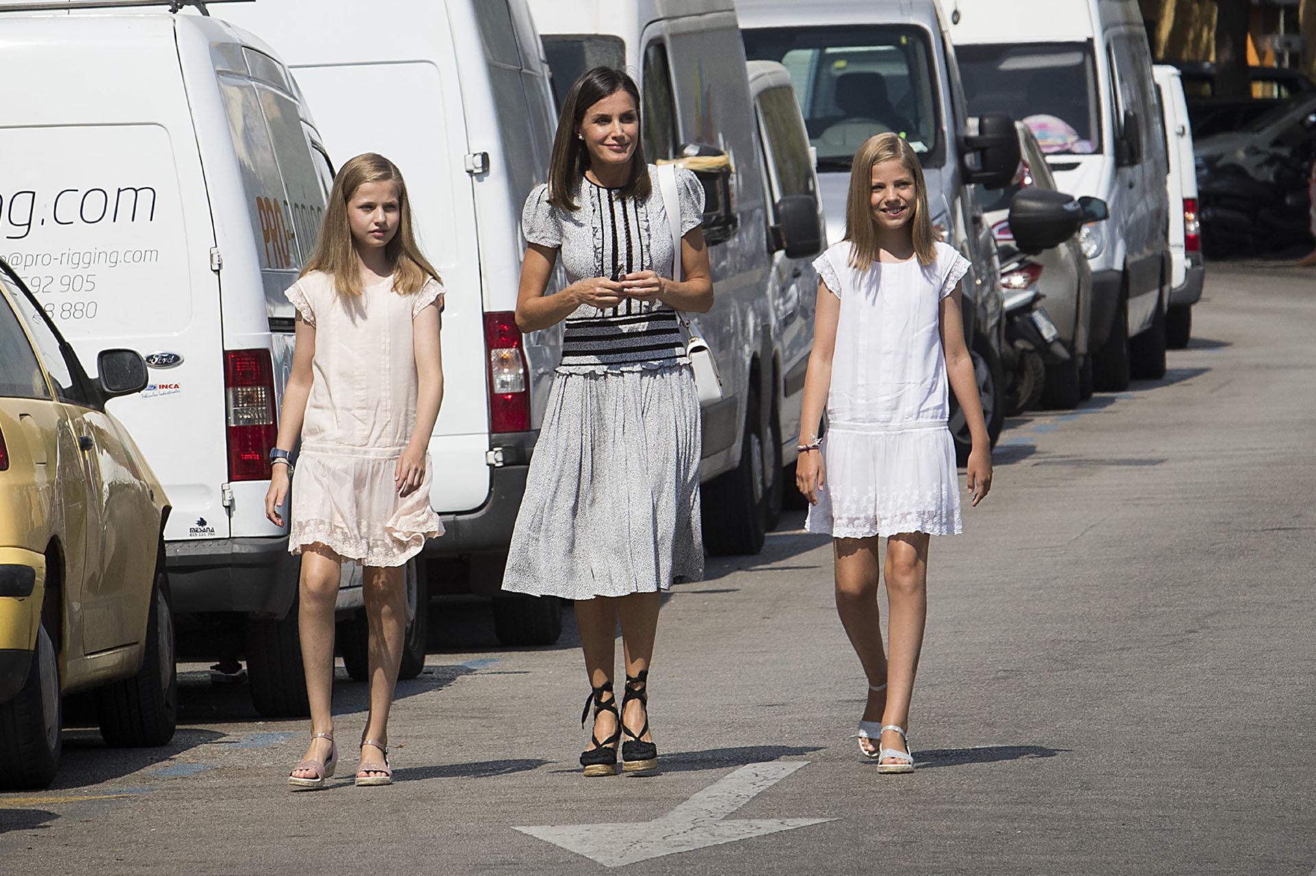 Las tres mujeres de la familia real eligieron vestidos livianos y en colores claros, para hacer frente a las altas temperaturas del verano europeo