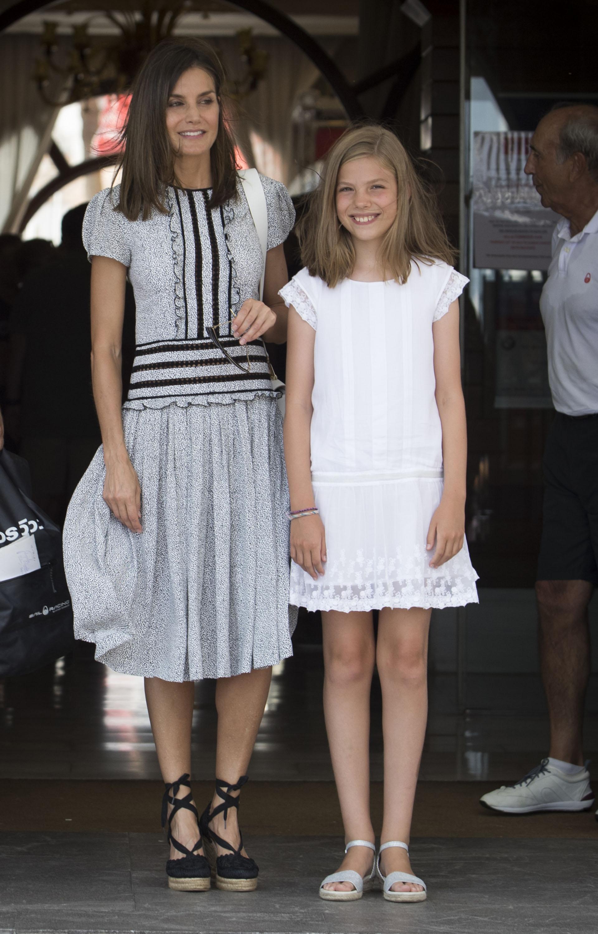 Sofía junto a madre, quien lució un glamoroso look de día compuesto por un vestido gris con detalles negros, que combinaban con sus zapatos con tiras en los tobillos