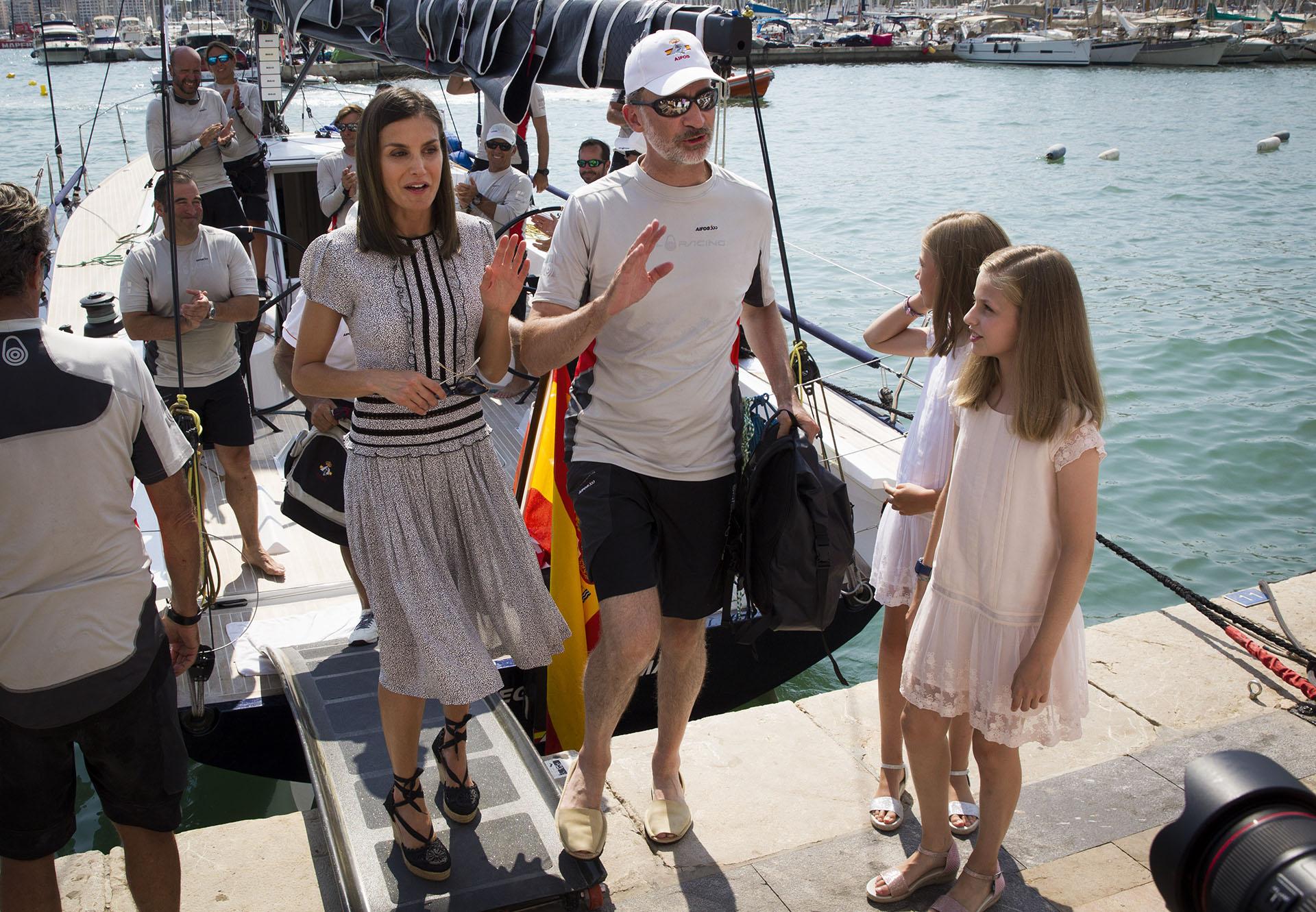 La reina Letizia arribó en compañía de sus hijas, las princesas Leonor y Sofía, para acompañar a su marido en la última jornada de la tradicional Copa del Rey