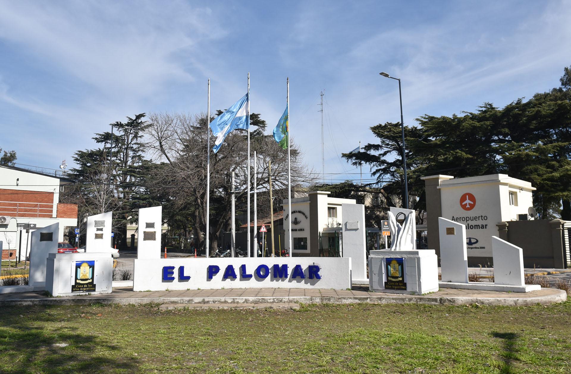 """El ingreso al Aeropuerto El Palomar donde opera la aerolínea """"low cost"""" (Guille Llamos)"""