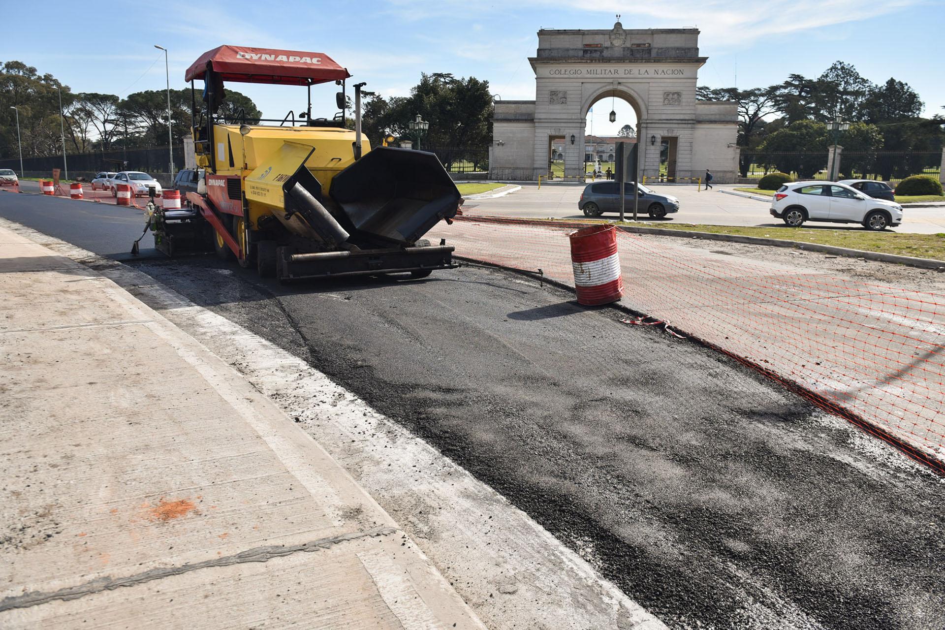 En la puerta del Colegio Militar de La Nación, enfrente al aeropuerto, se realizan obras para mejorar los accesos (Guille Llamos)