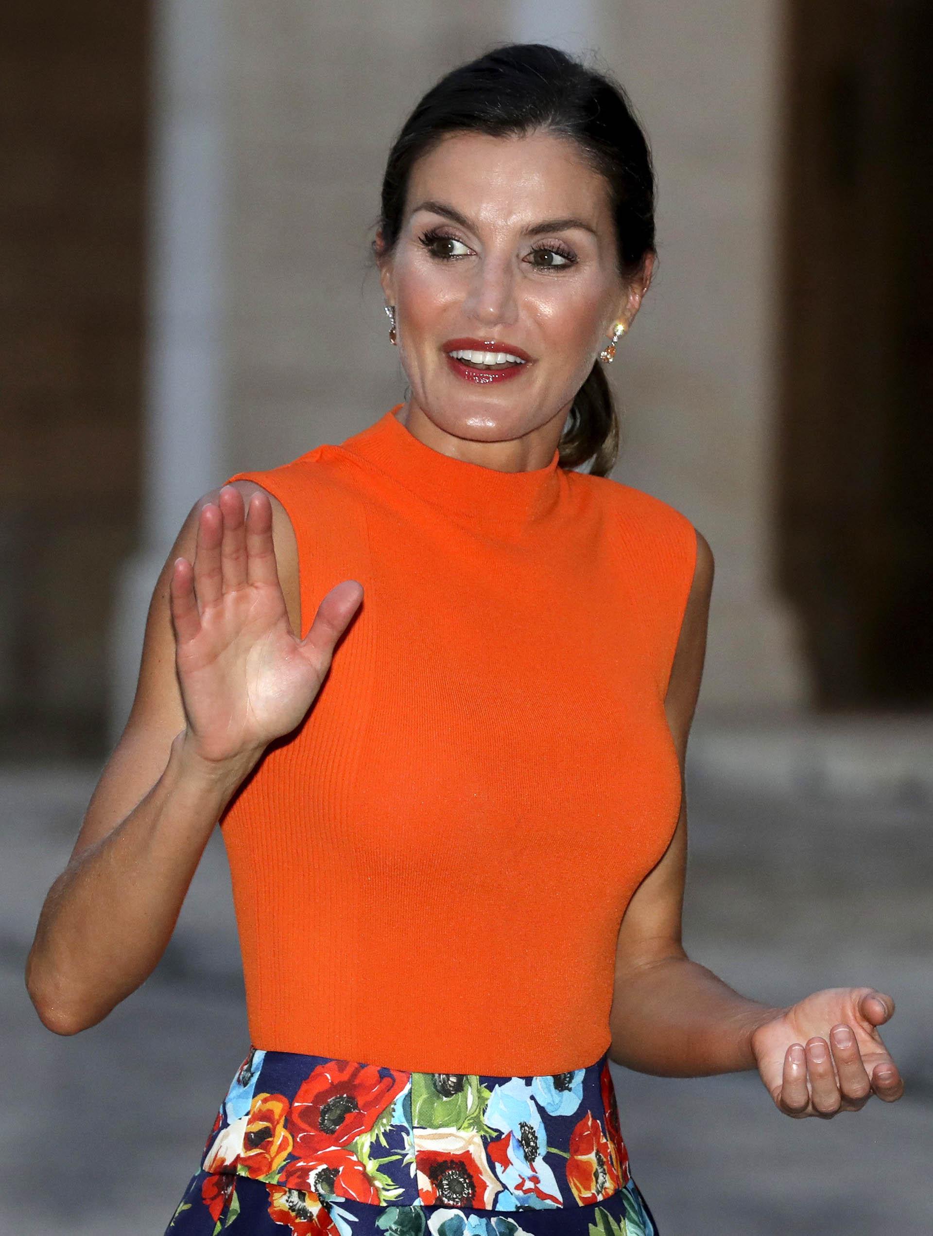Un claro ejemplo de que la monarca no le teme al color y volvió a acertar con este estilismo