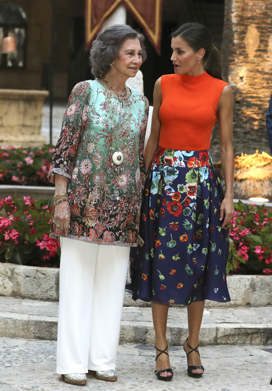 Tanto Letizia como su suegra, eligieron estampas florales