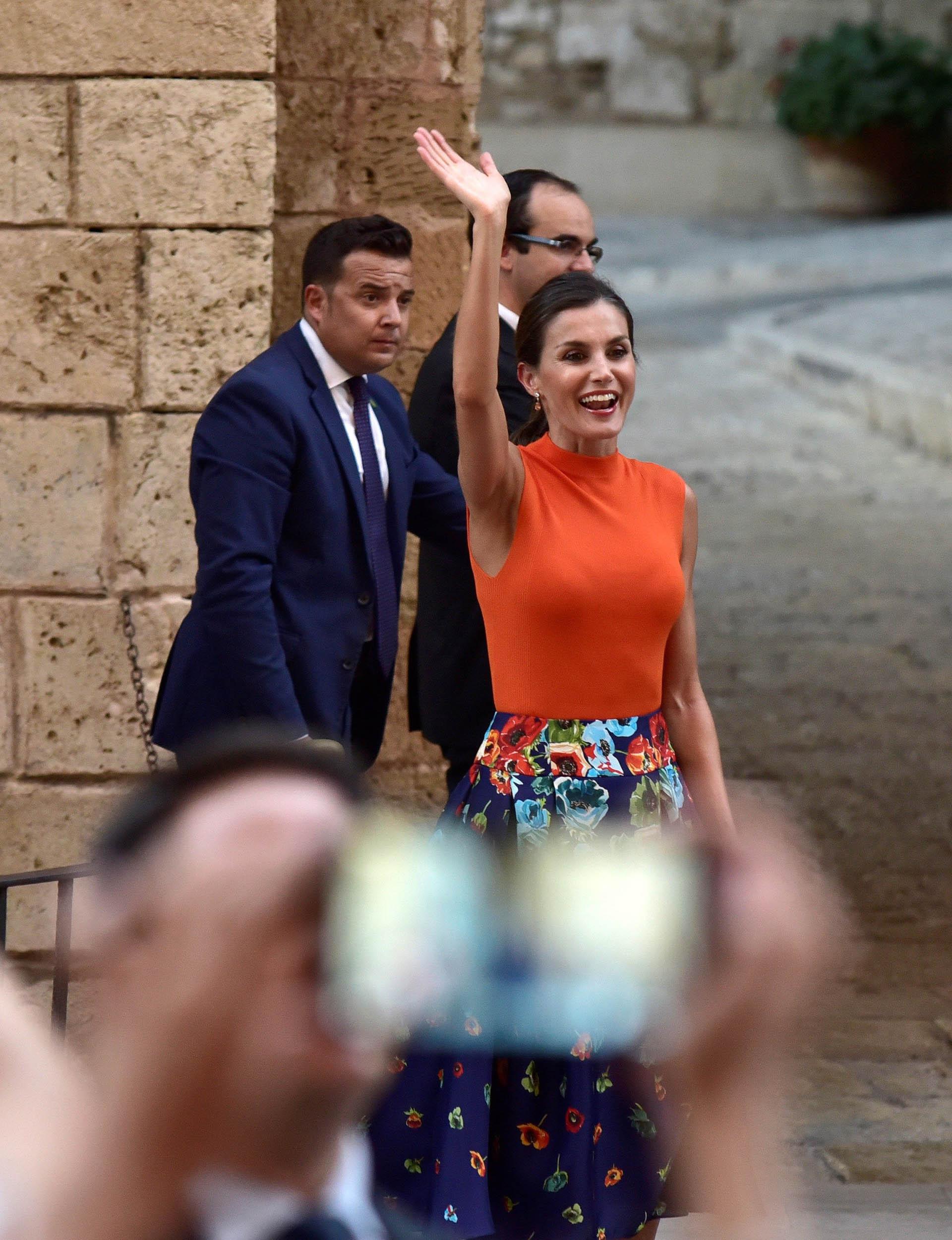 El efusivo saludo de Letizia a la multitud, que se acercó a las puertas del Palacio para poder ver a los reyes de cerca y tomarles fotografías