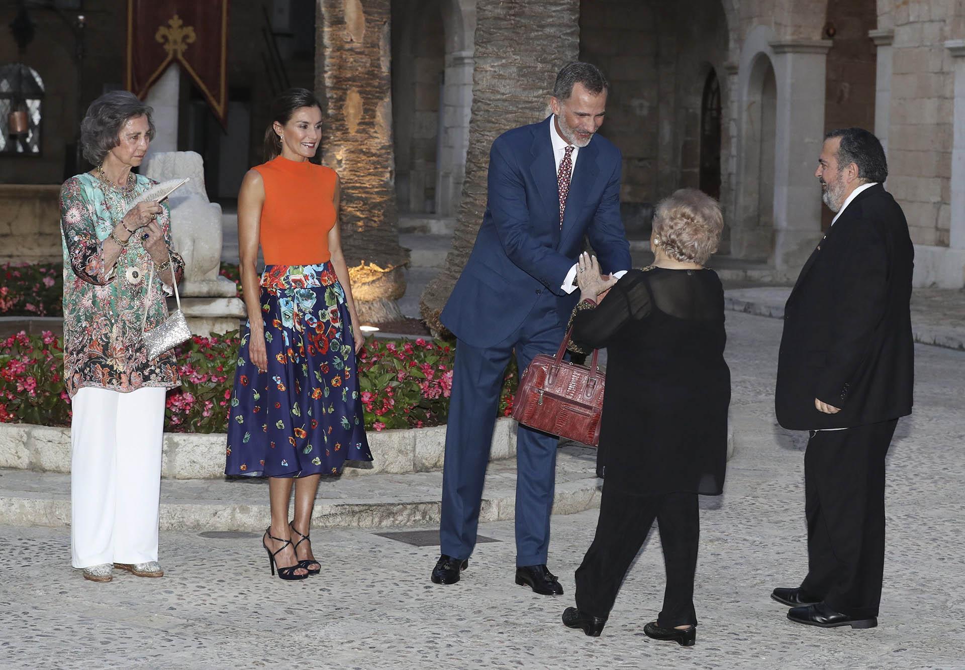 Letizia se lució con un look multicolor, que incluyó una blusa naranja de cuello alto y una amplia falda