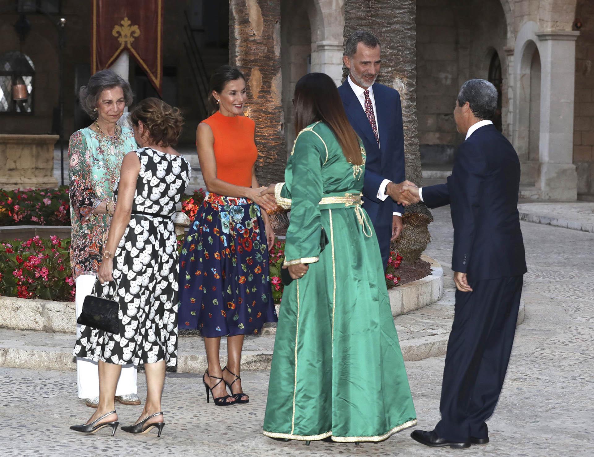 Los reyes Felipe, Letizia y Sofía recibiendo a los invitados