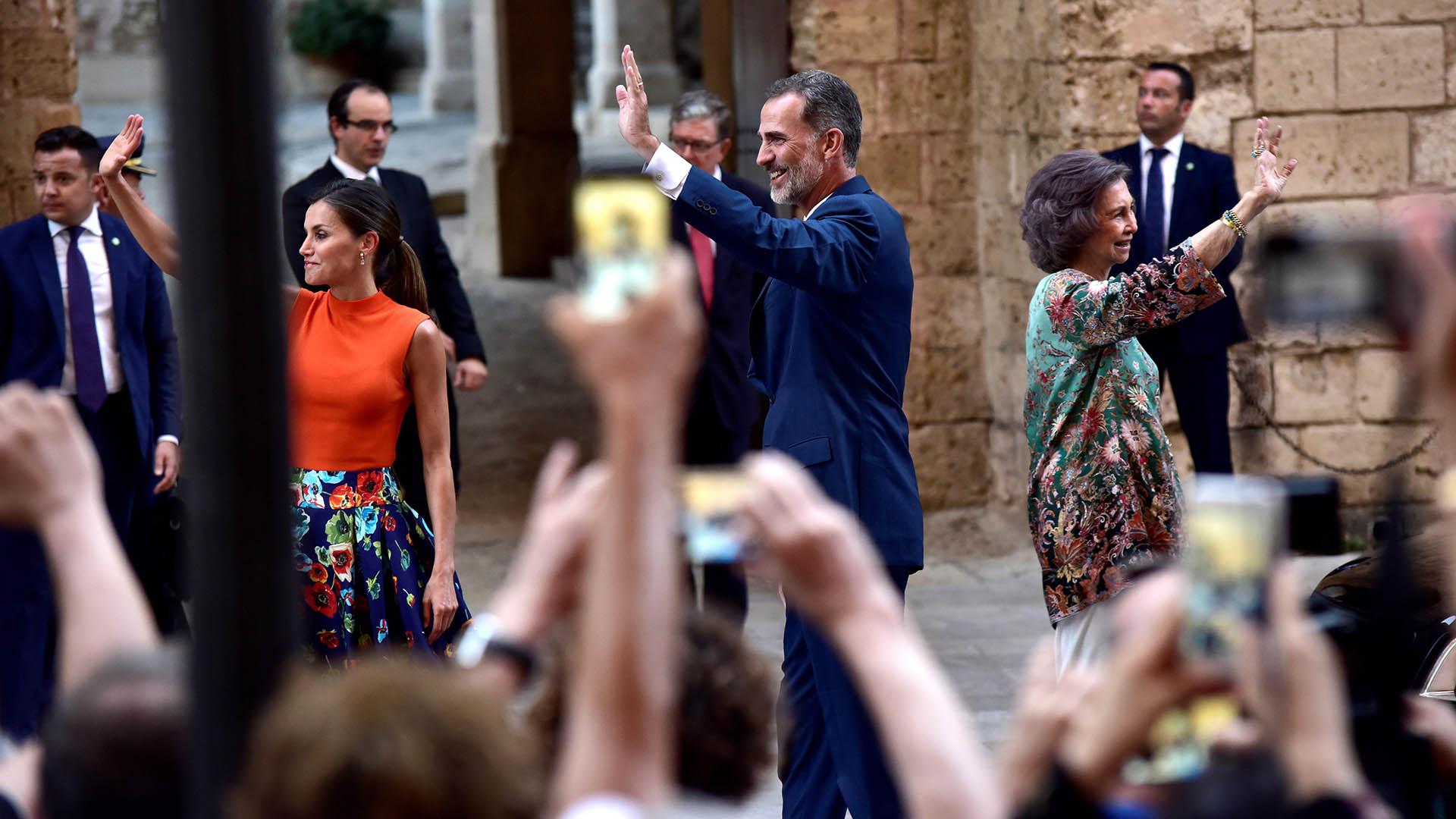 El saludo del rey, su mujer y su madre en el Palacio de La Almudaina, en Palma de Mallorca /// Fotos: EFE