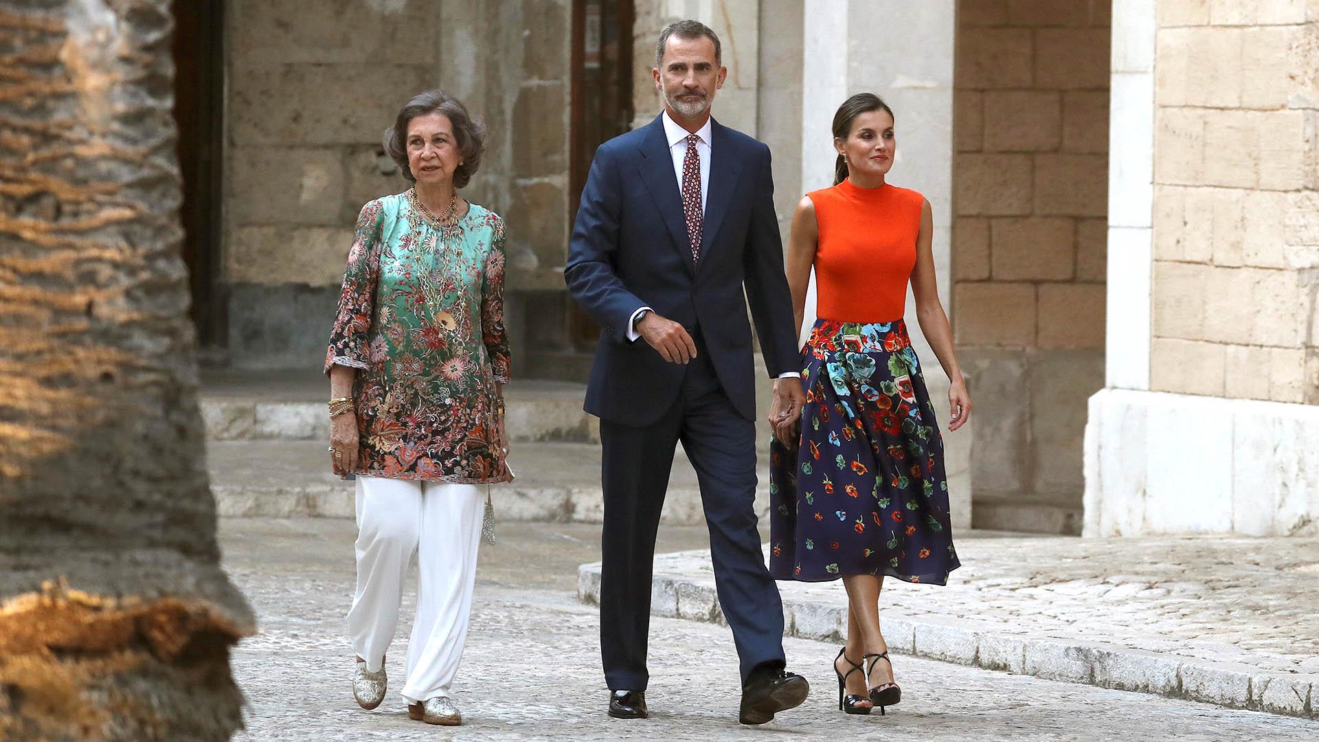 Los reyes Felipe y Letizia, acompañados por la reina Sofía, a su llegada a la recepción en honor a los representantes de todos los sectores de la sociedad balear, encabezada por la presidenta autonómica, Francina Armengol, que se llevó a cabo en el Palacio de La Almudaina, en Palma de Mallorca