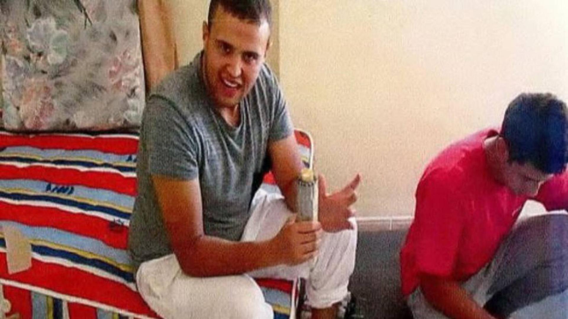 Mohamed Hichamy habla a la cámara mientras sostiene un explosivo. Fue abatido en Cambrils