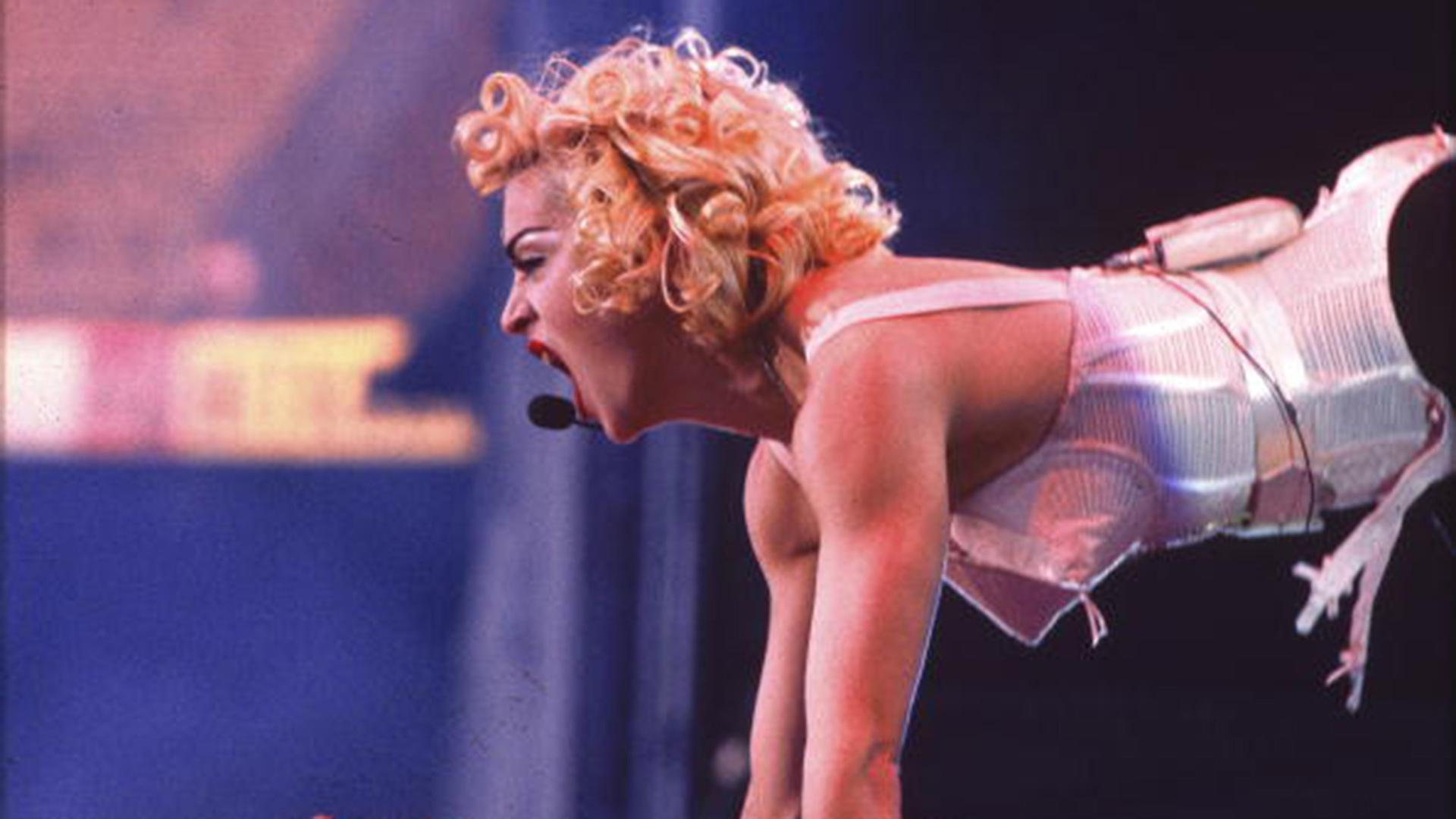 """Los 90 fueron transformadores para la diva, con un gran destape sexual. Jean Paul Gaultier encontró a su musa perfecta y diseñó el vestuario de la gira """"Blonde Ambition"""". El resultado un corset cónico dorado."""