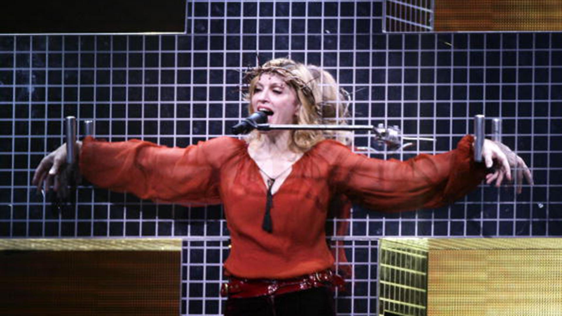 Cantó 'Live To Tell' crucificada emulando a Jesús y recibió el repudio del Vaticano y otras entidades religiosas.